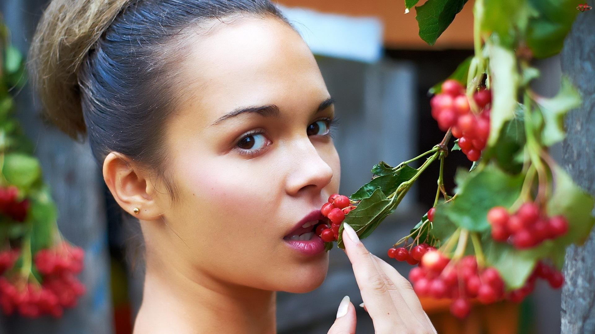 Фото женщины ягодки