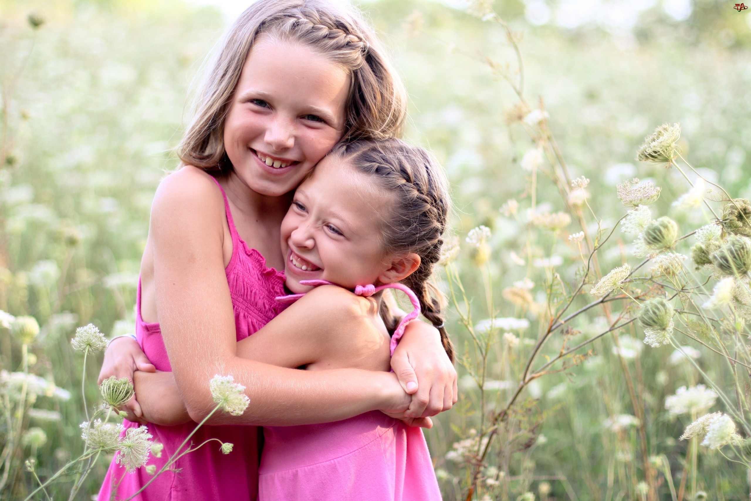 Мама обнимает ребенка: картинки и фото. - Depositphotos