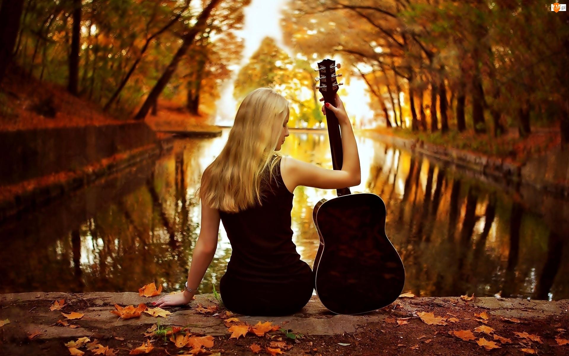 Jesień, Staw, Kobieta, Gitara, Blondynka, Liście