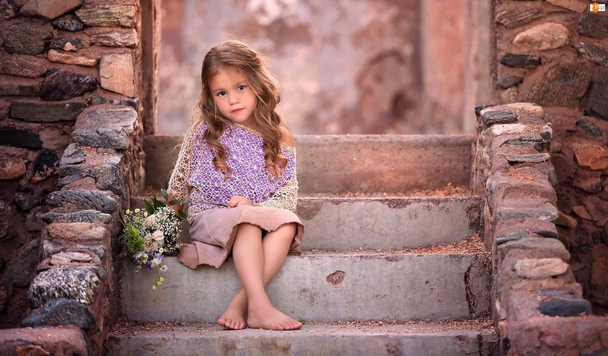 Bukiet kwiatów, Dziewczynka, Schody
