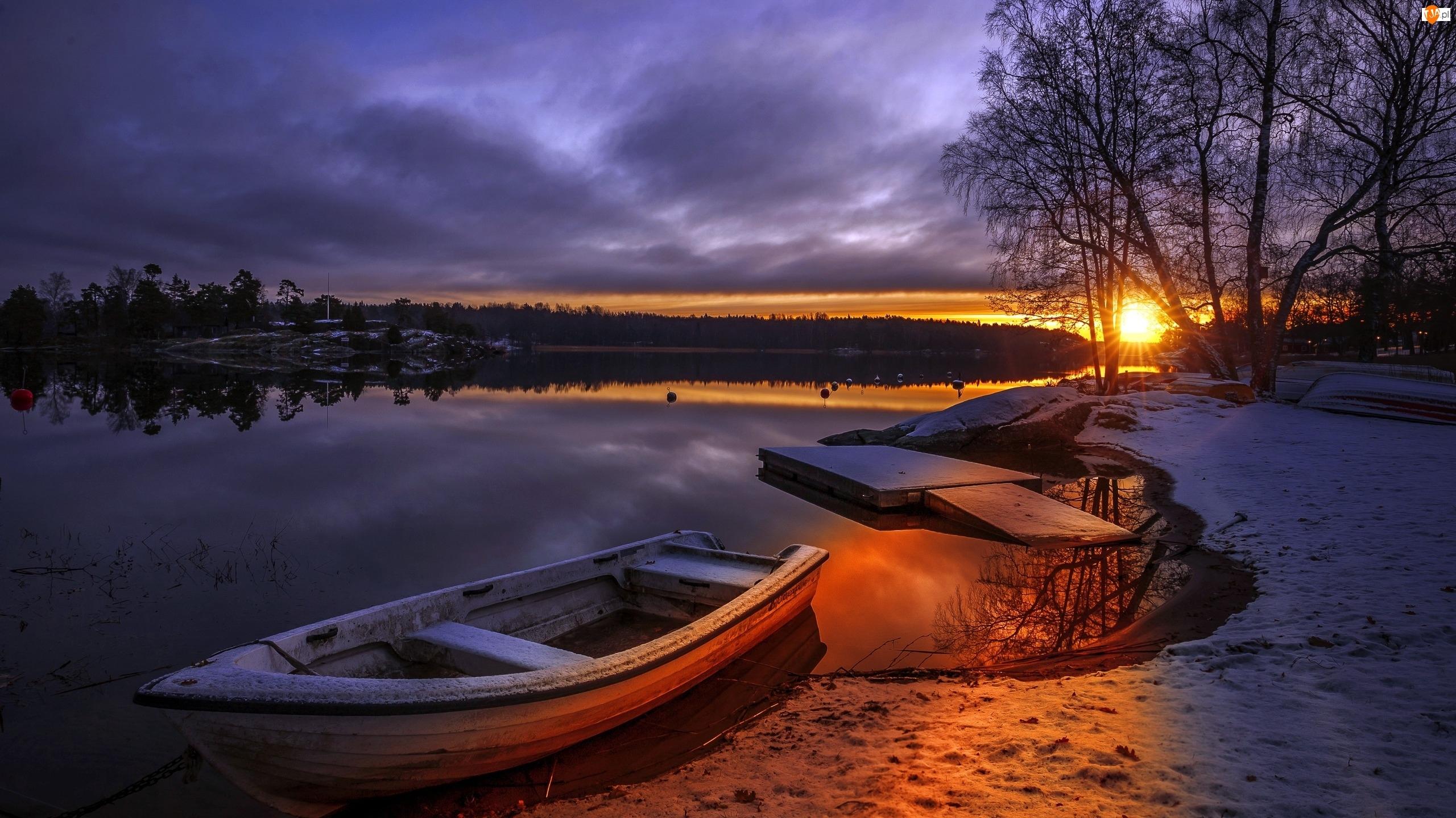 Zachód słońca, Łódki, Zima, Drzewa, Śnieg, Jezioro