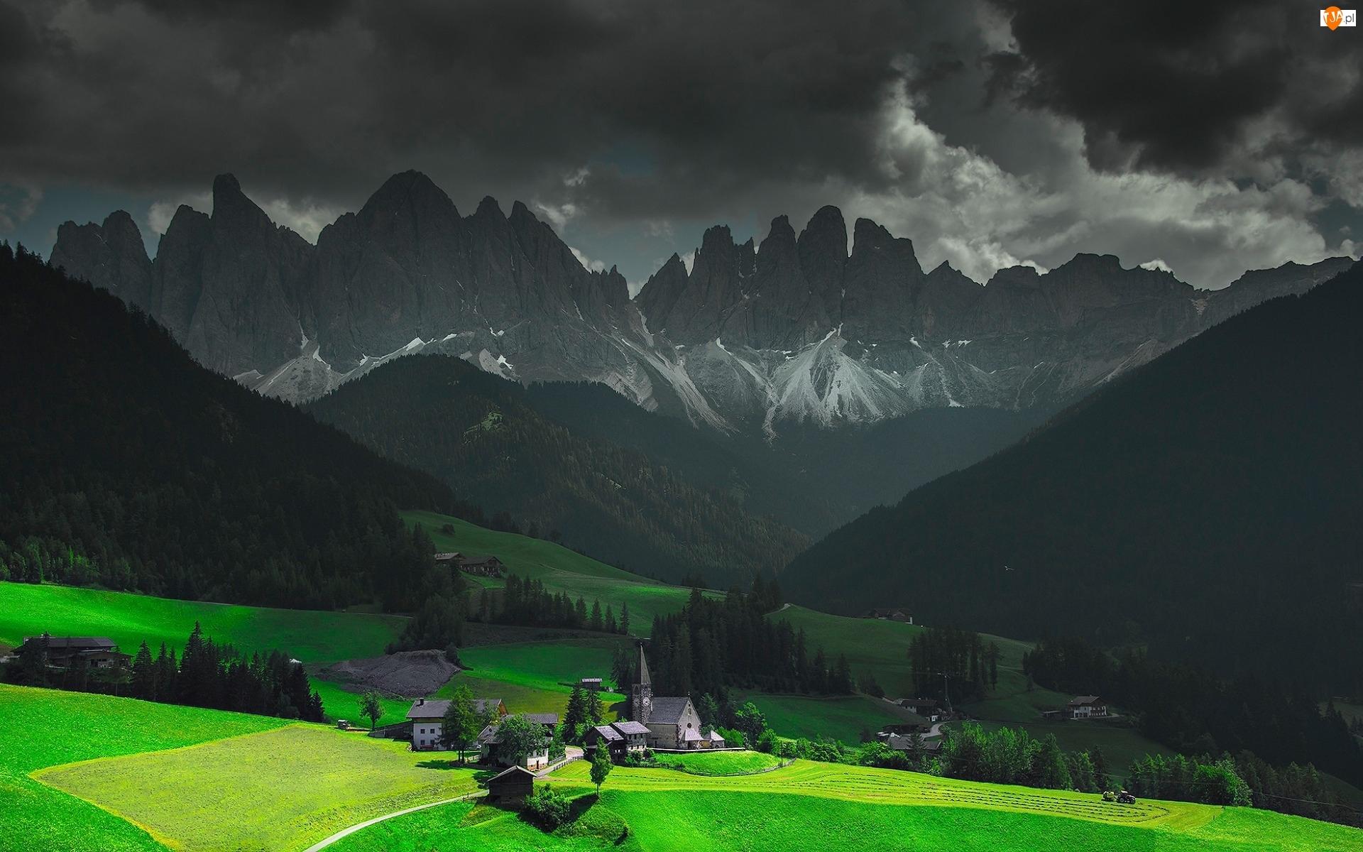 Ciemne, Kościół, Chmury, Dolomity, Domy, Włochy, Masyw Odle, Dolina Val di Funes, Góry