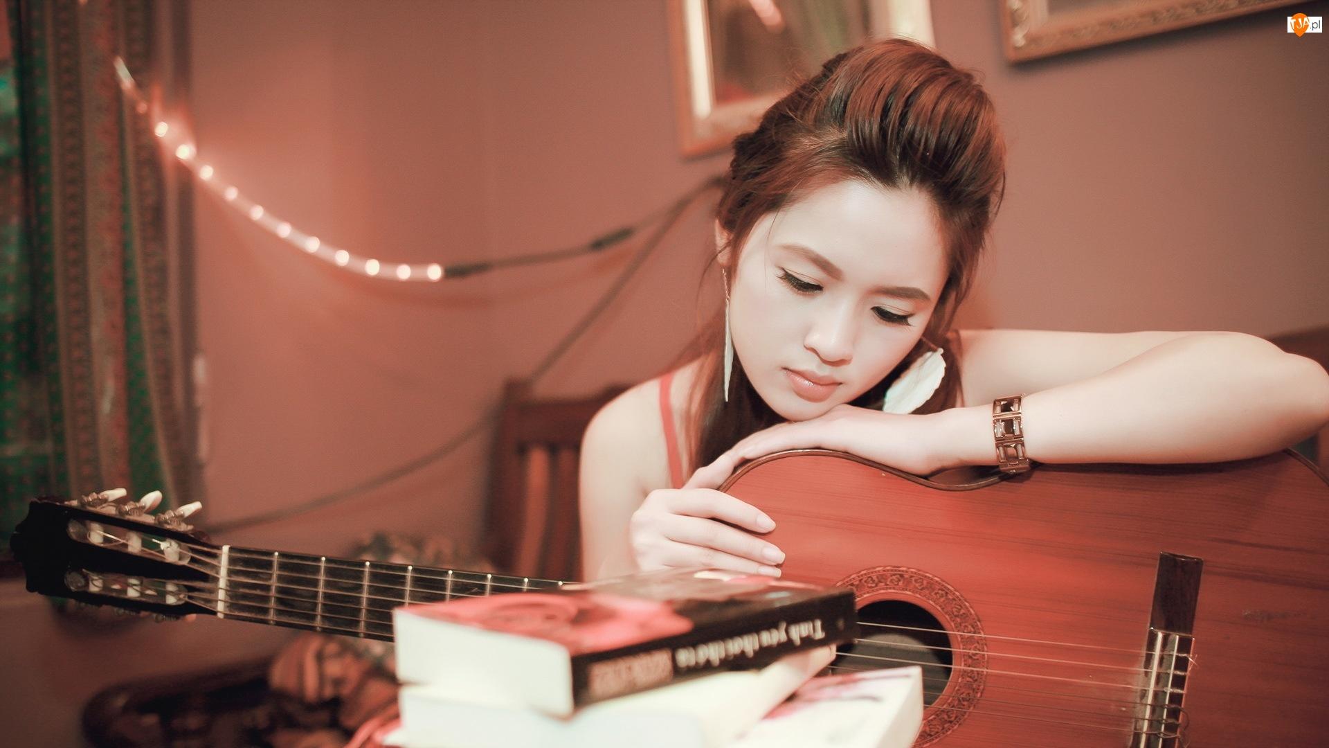 Zamyślona, Książki, Dziewczyna, Gitara