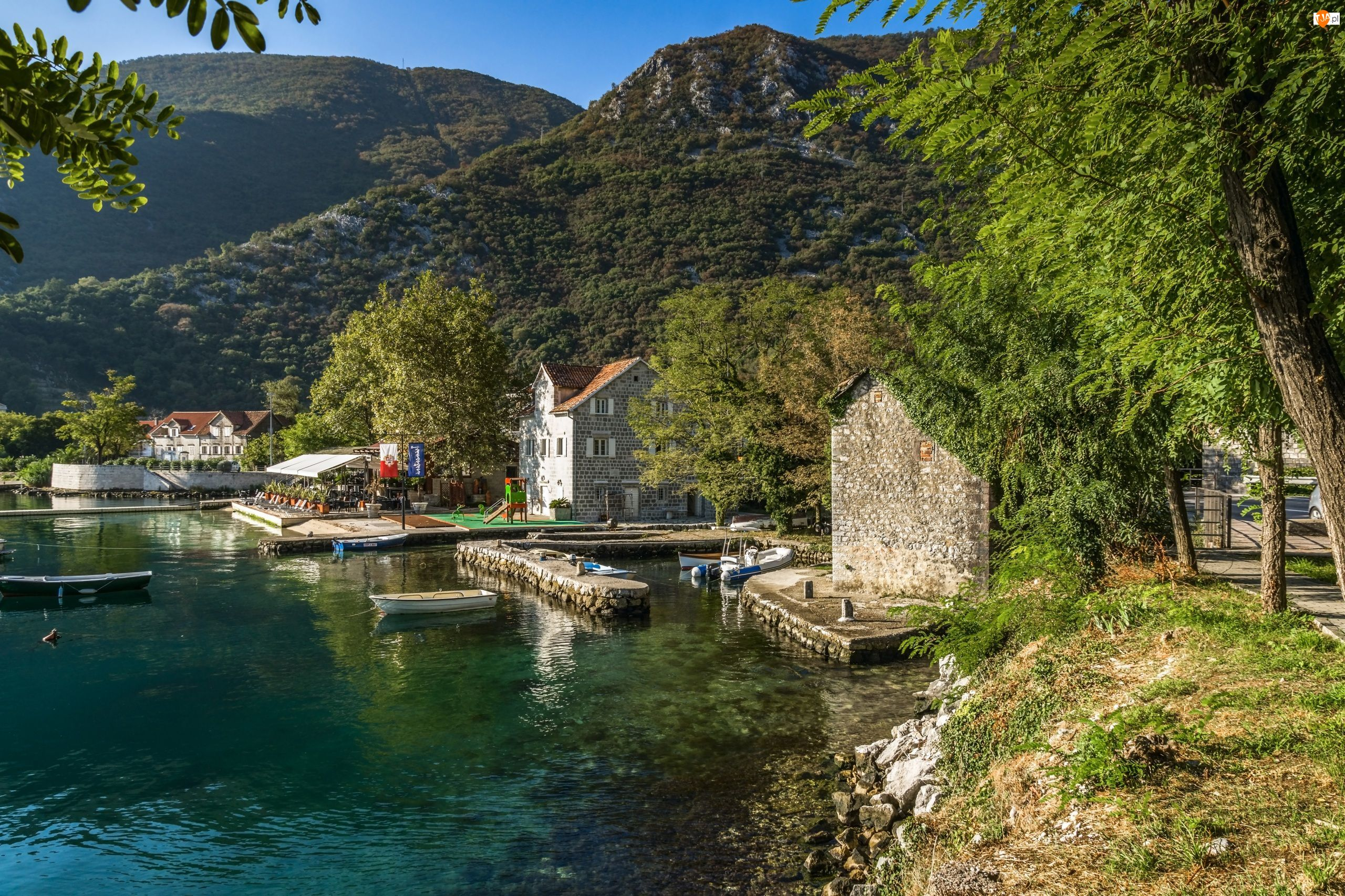 Domy, Góry, Zatoka Kotorska, Jezioro, Czarnogóra, Łódki, Morinj, Drzewa