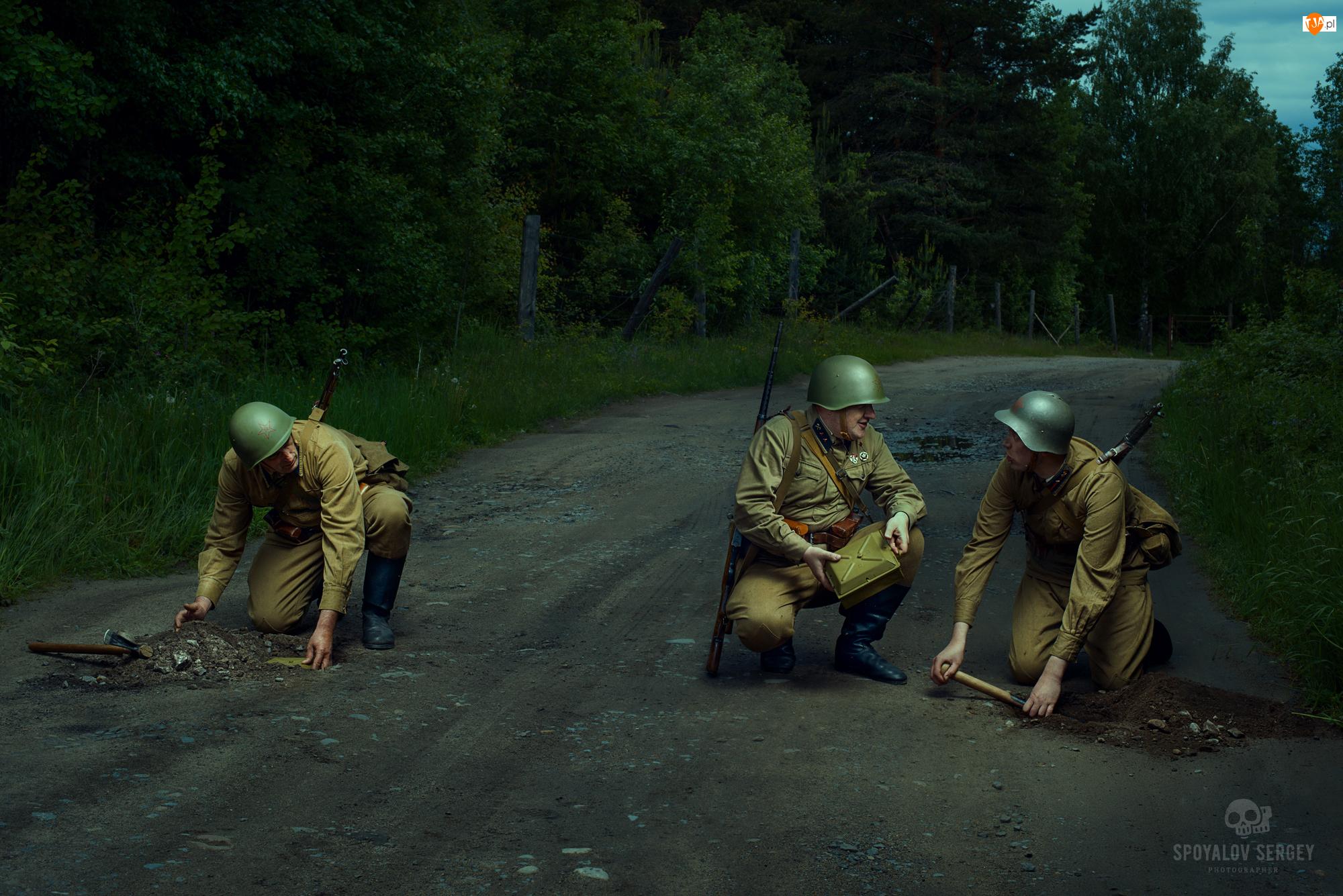 Żołnierze, Miny, Droga, Las
