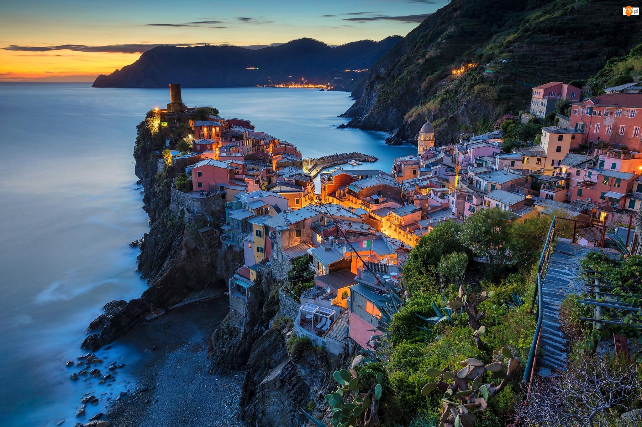 Morze, Domy, Cinque Terre, Włochy, Noc, Vernazza, Góry