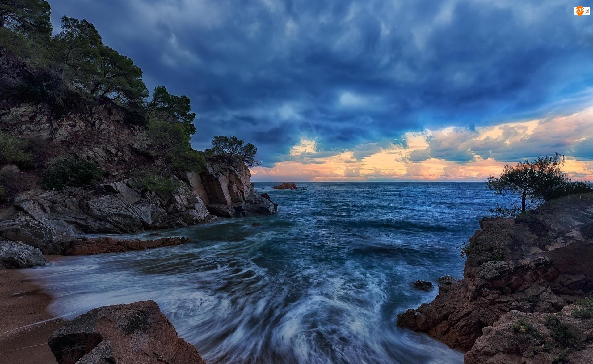 Morze Śródziemne, Zatoka Cala Llevadó, Prowincja Girona, Drzewa, Hiszpania, Chmury, Costa Brava, Skały