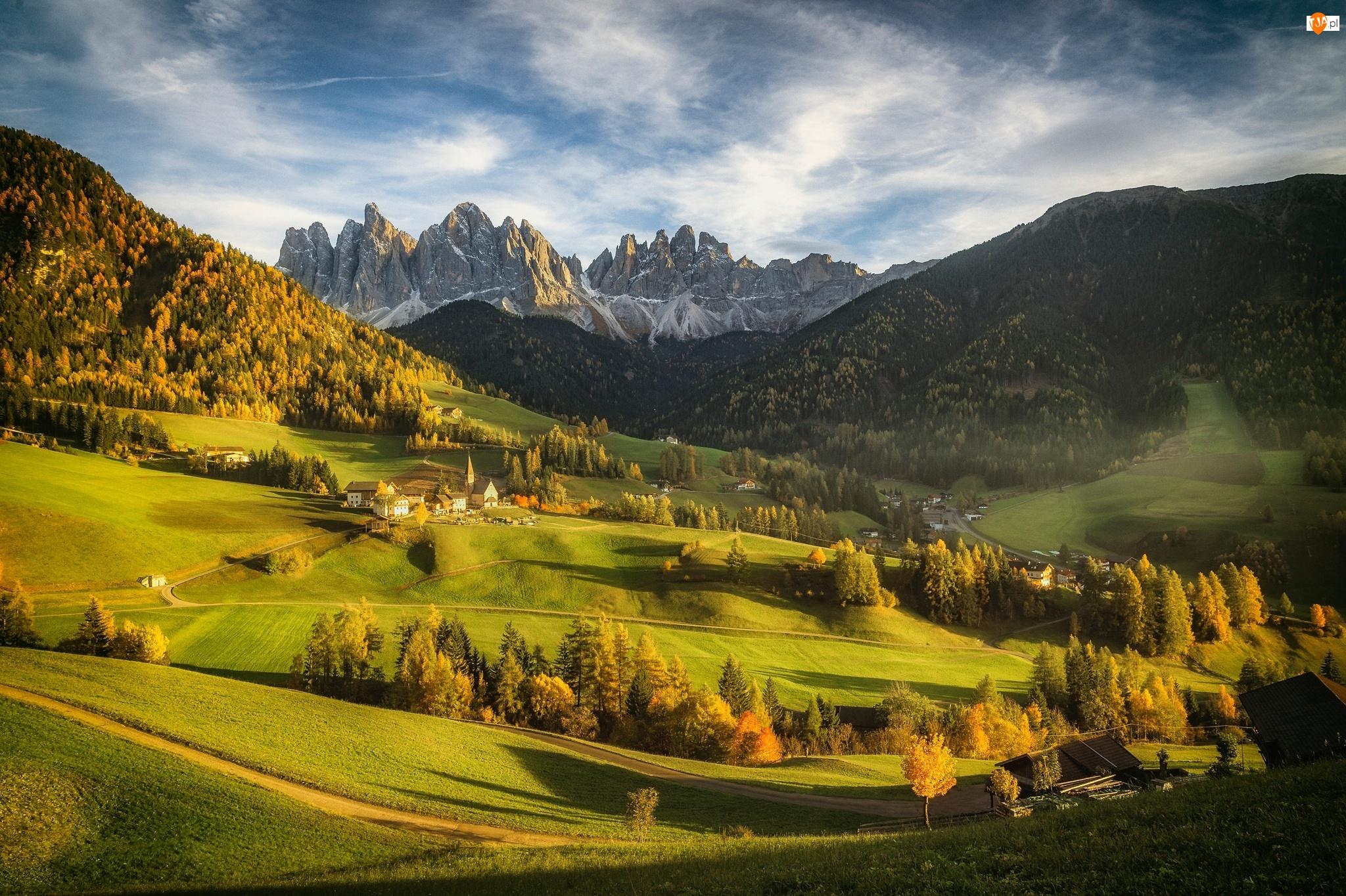 Drzewa, Góry, Jesień, Dolomity, Wieś Santa Maddalena, Włochy, Lasy, Dolina Val di Funes, Masyw Odle