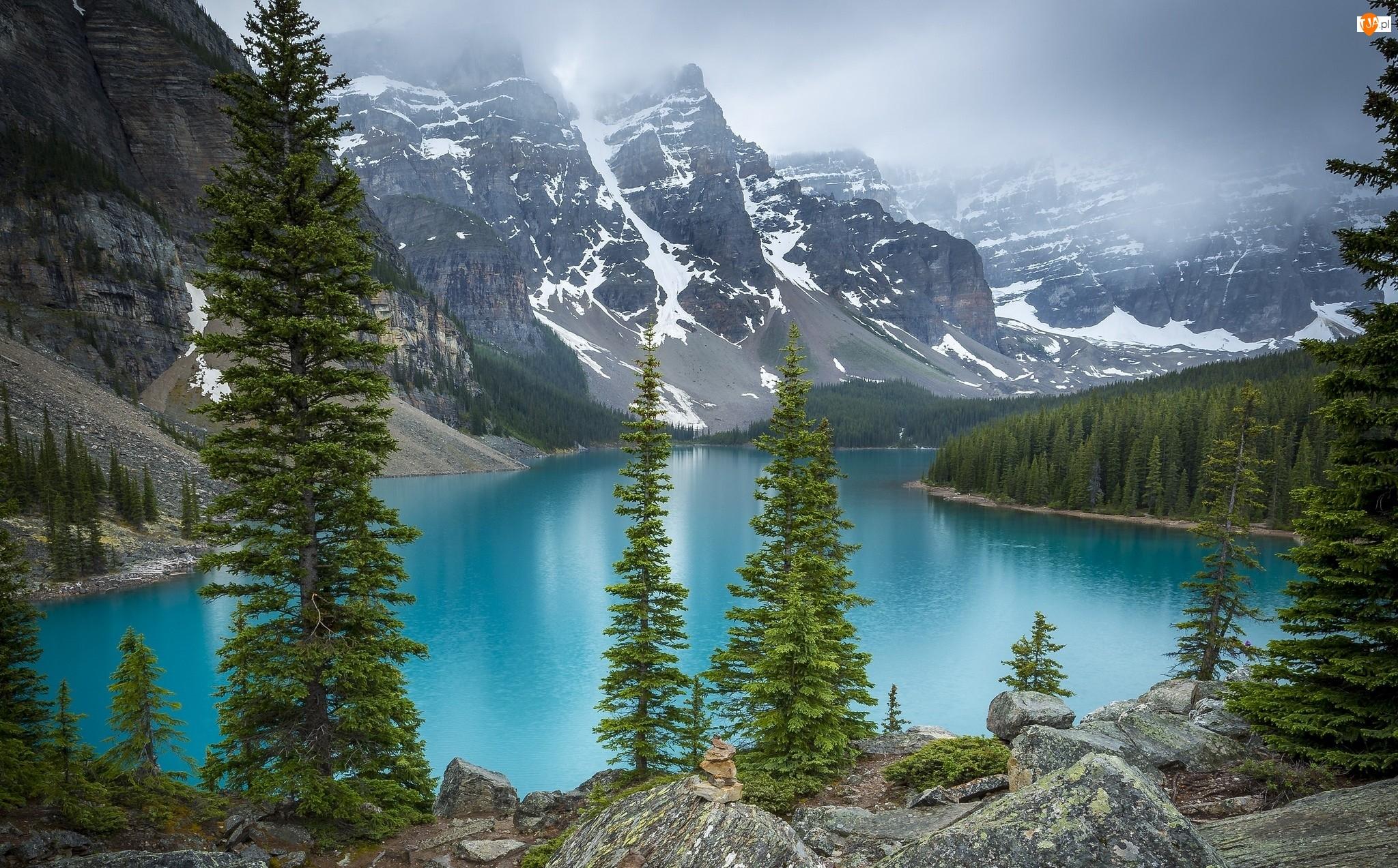Chmury, Jezioro Moraine, Prowincja Alberta, Kanada, Świerki, Park Narodowy Banff, Drzewa