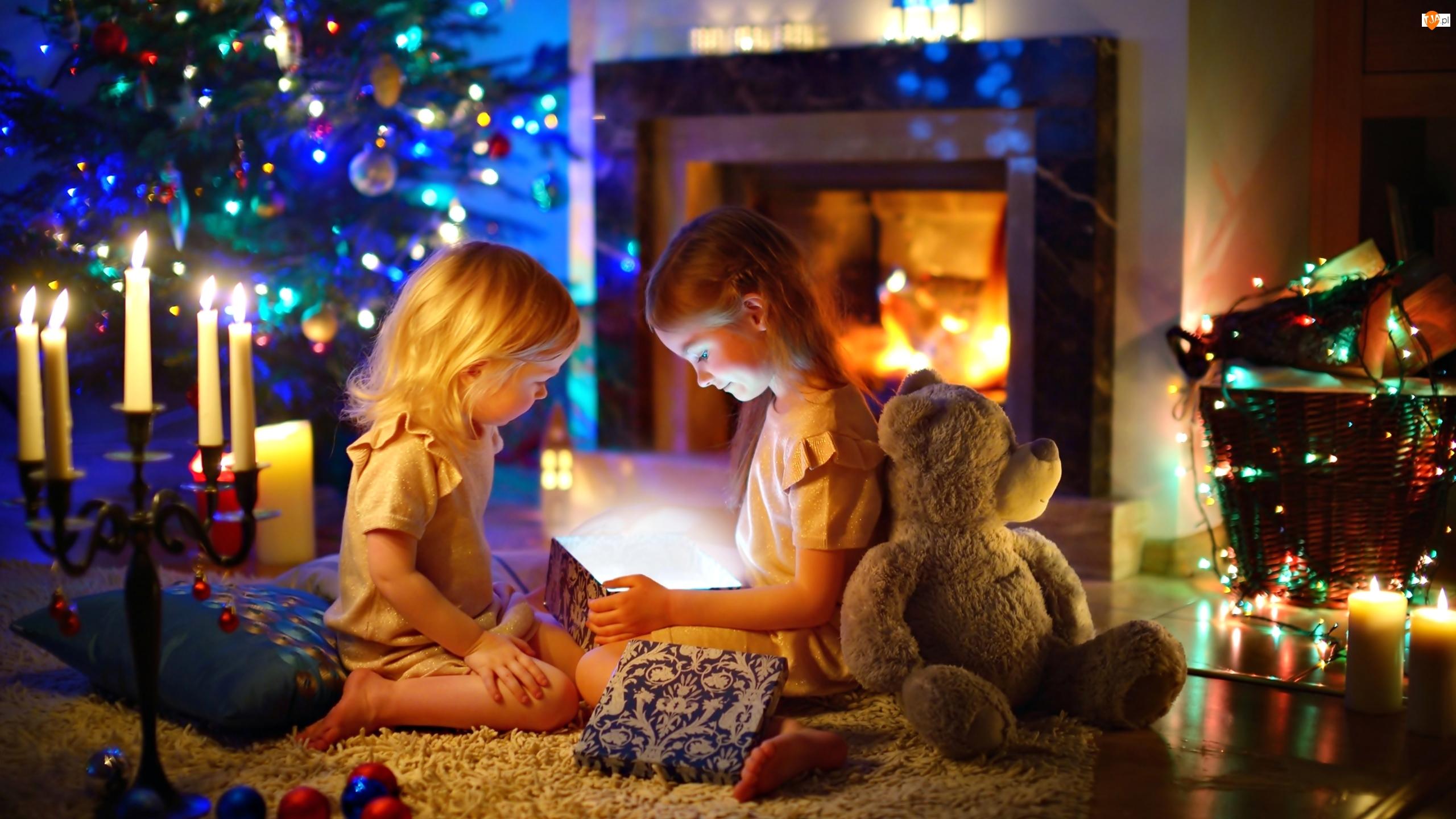 Choinka, Świecznik, Prezenty, Świece, Boże Narodzenie, Kominek, Dzieci, Miś, Pudełko, Bombki