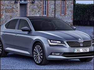 Skoda Superb 2017 przed domem