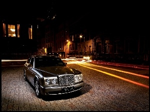 Nocą, Bentley Arnage, Deptak