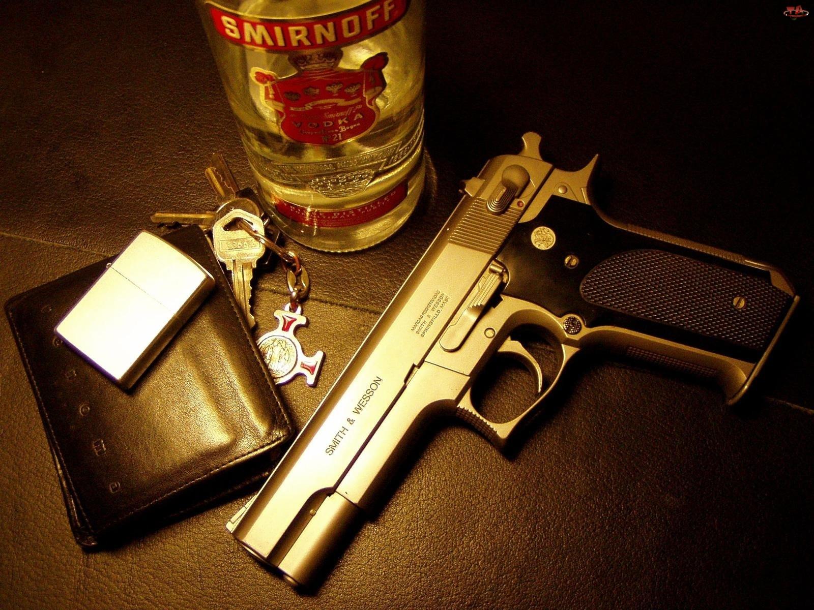 Pistolet, Zapalniczka, Wódka, Klucze, Smirnoff, Portfel