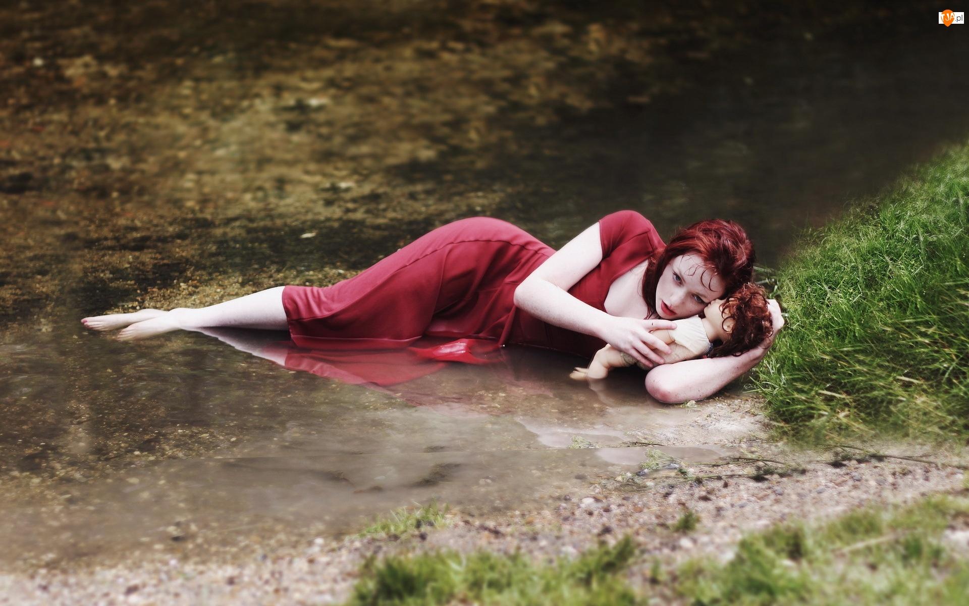 Woda, Kobieta, Lalka