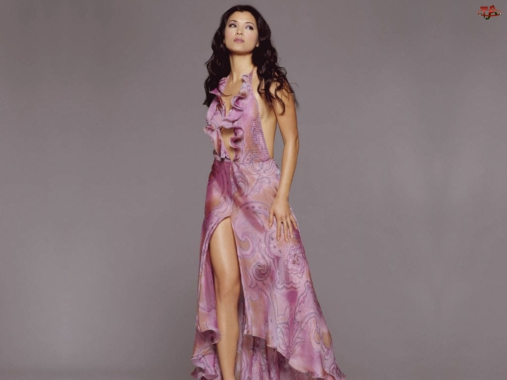 Kelly Hu, Różowa Sukienka
