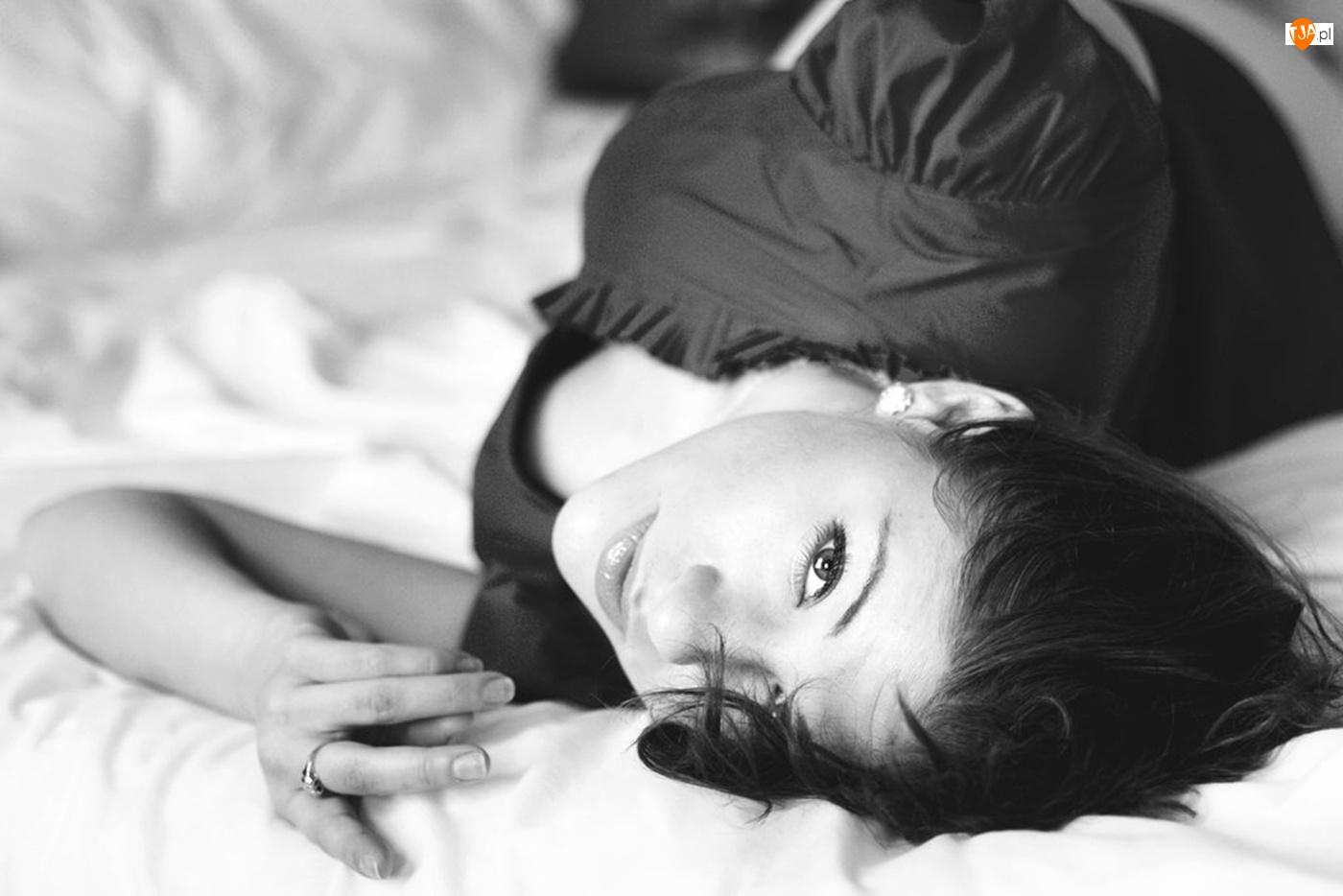 Łóżko, Kobieta, Brunetka