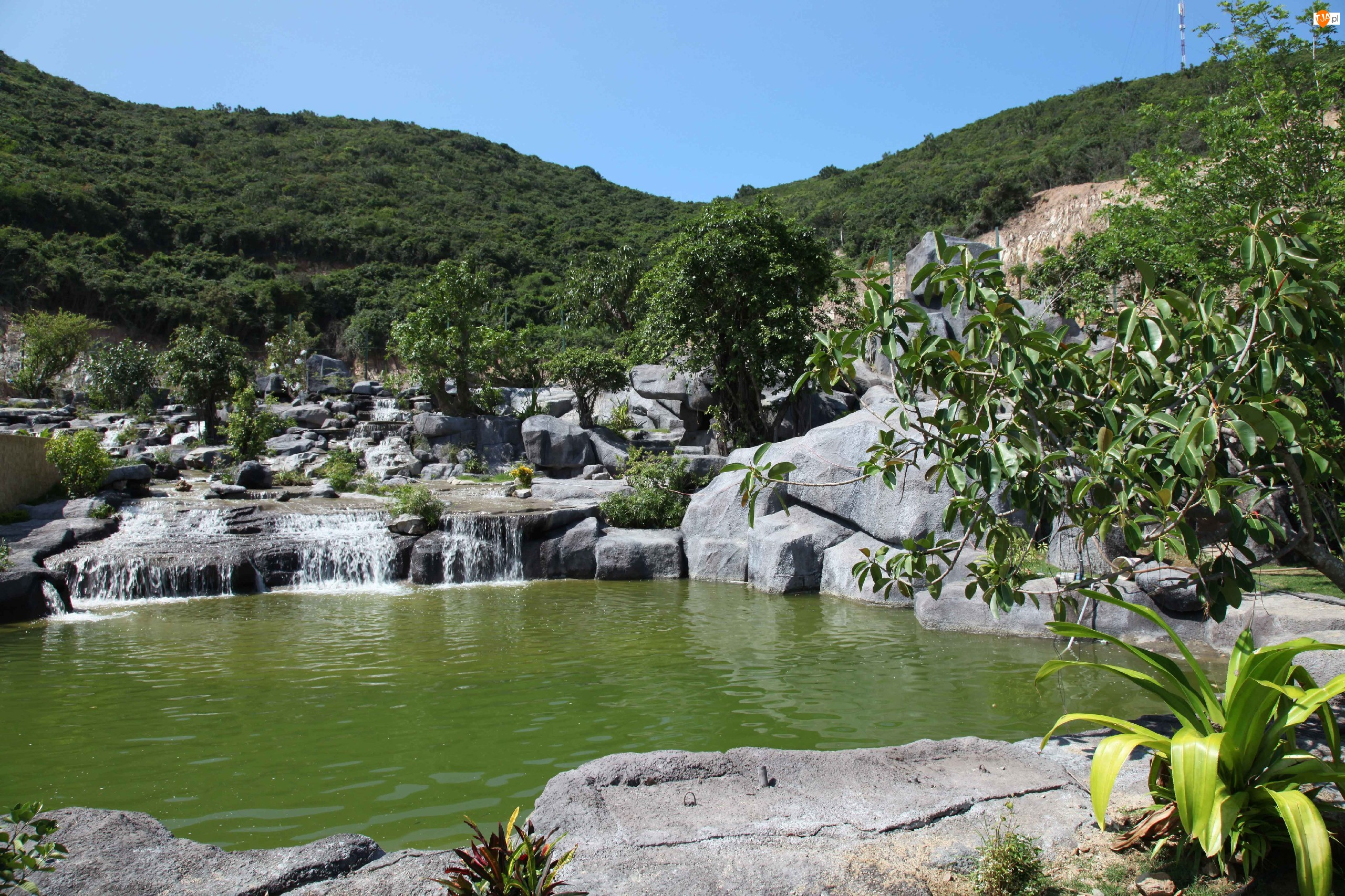 Góry, Wodospad, Skały, Jeziorko, Zalesione