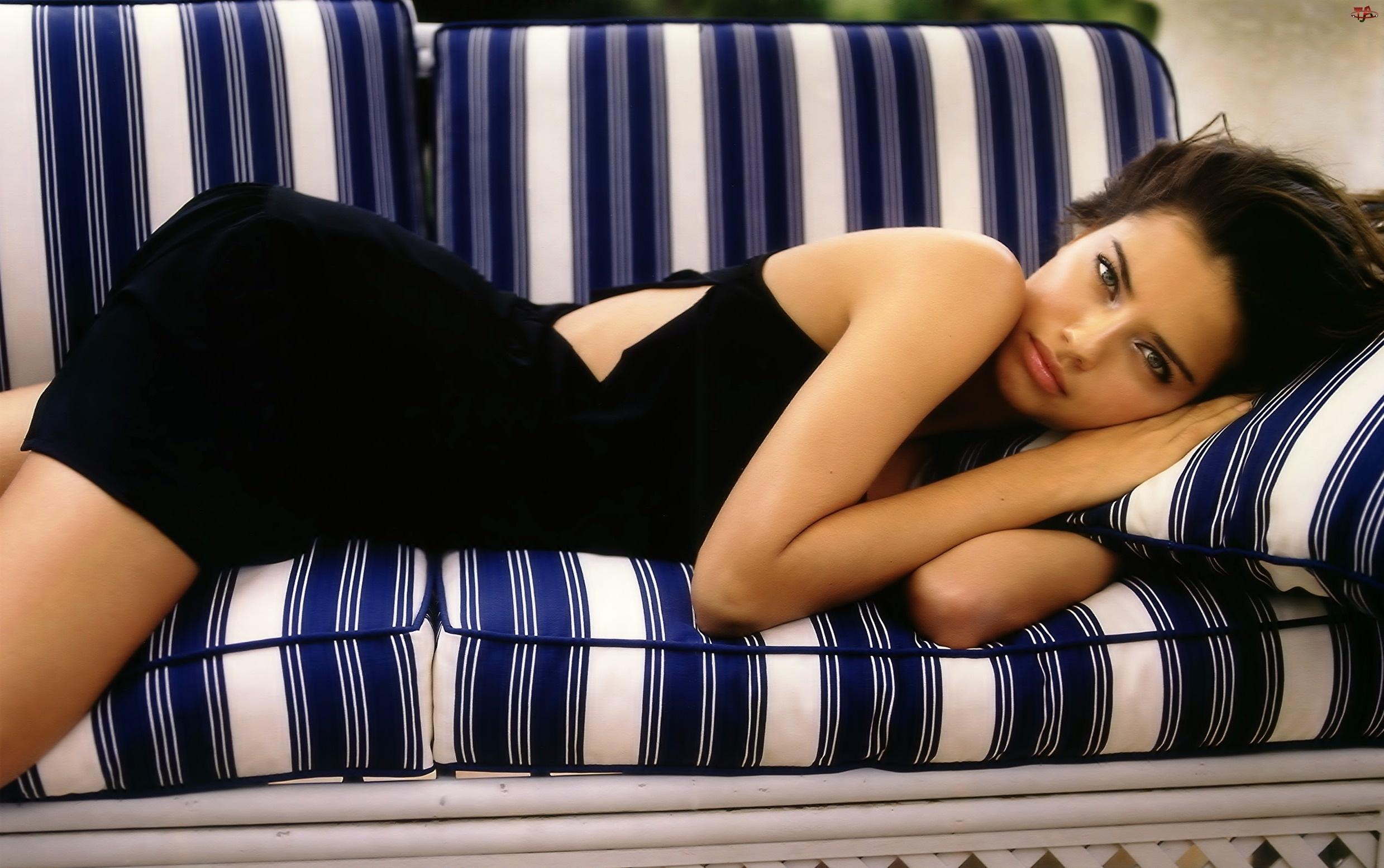 Adriana Lima, Kanapa, Czarna, Sukienka