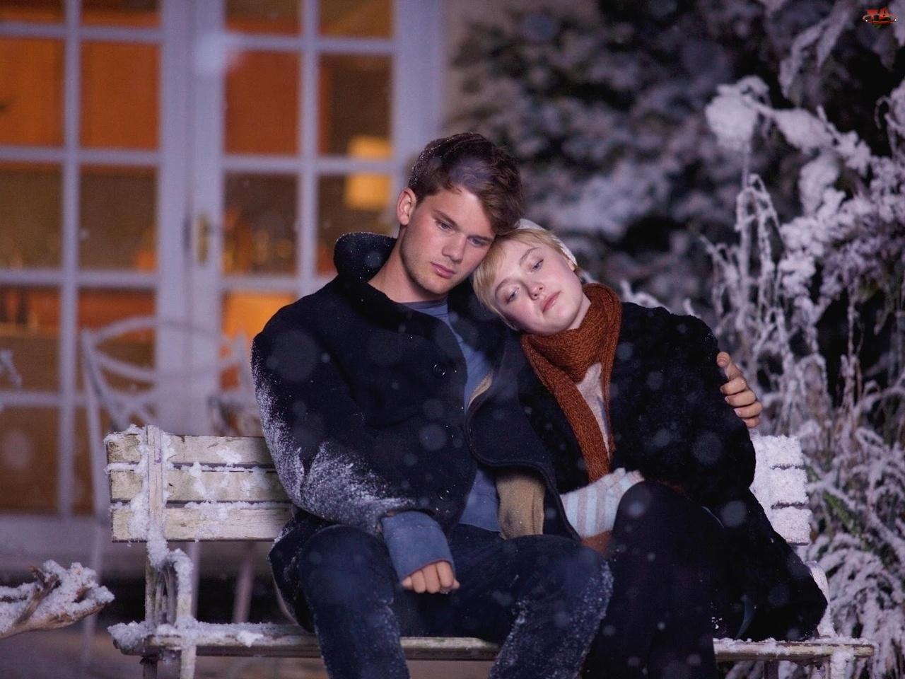 Śnieg, Film, Jeremy Irvine, Dakota Fanning, Ławka