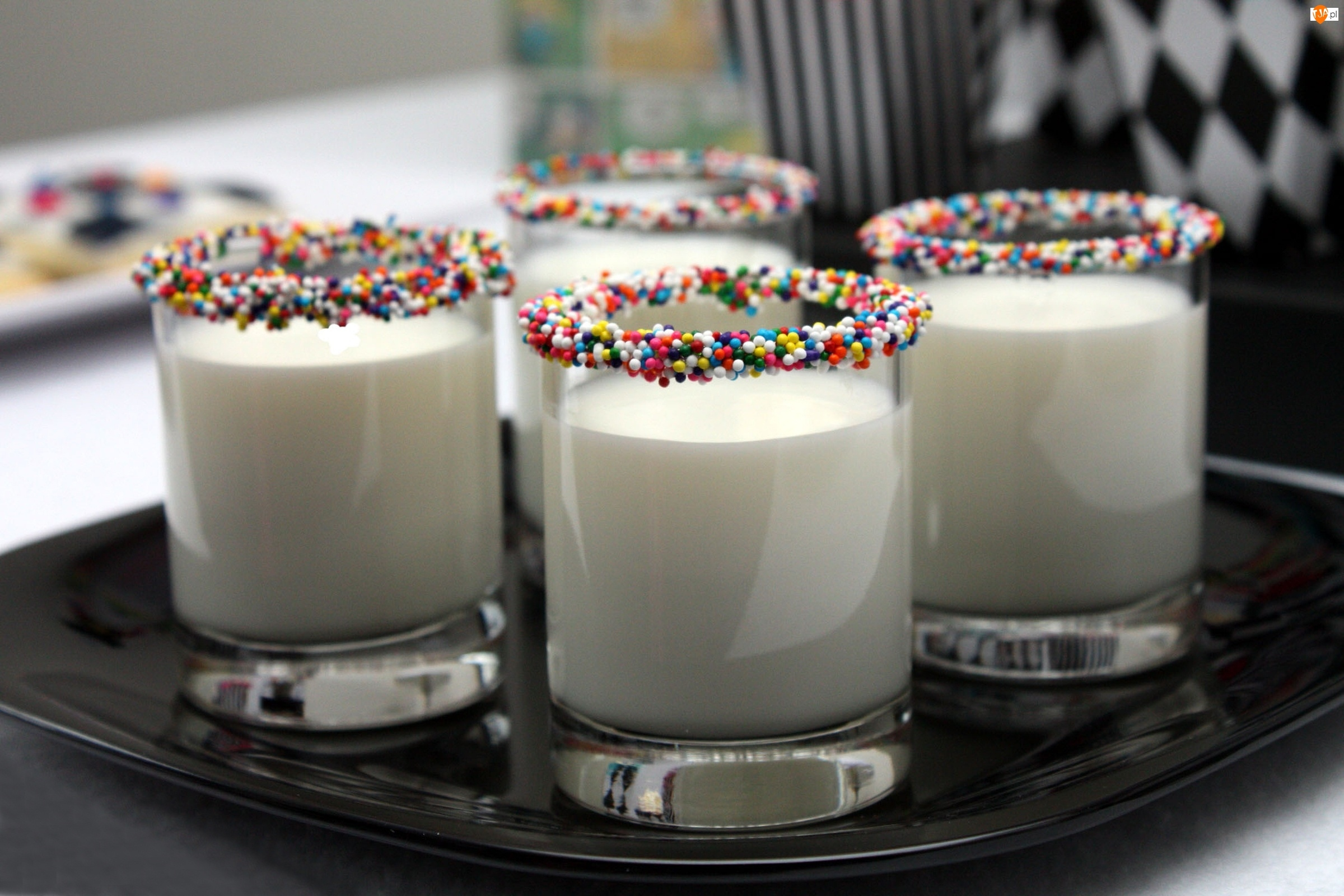 kolorowa posypka, mleko, szklanki