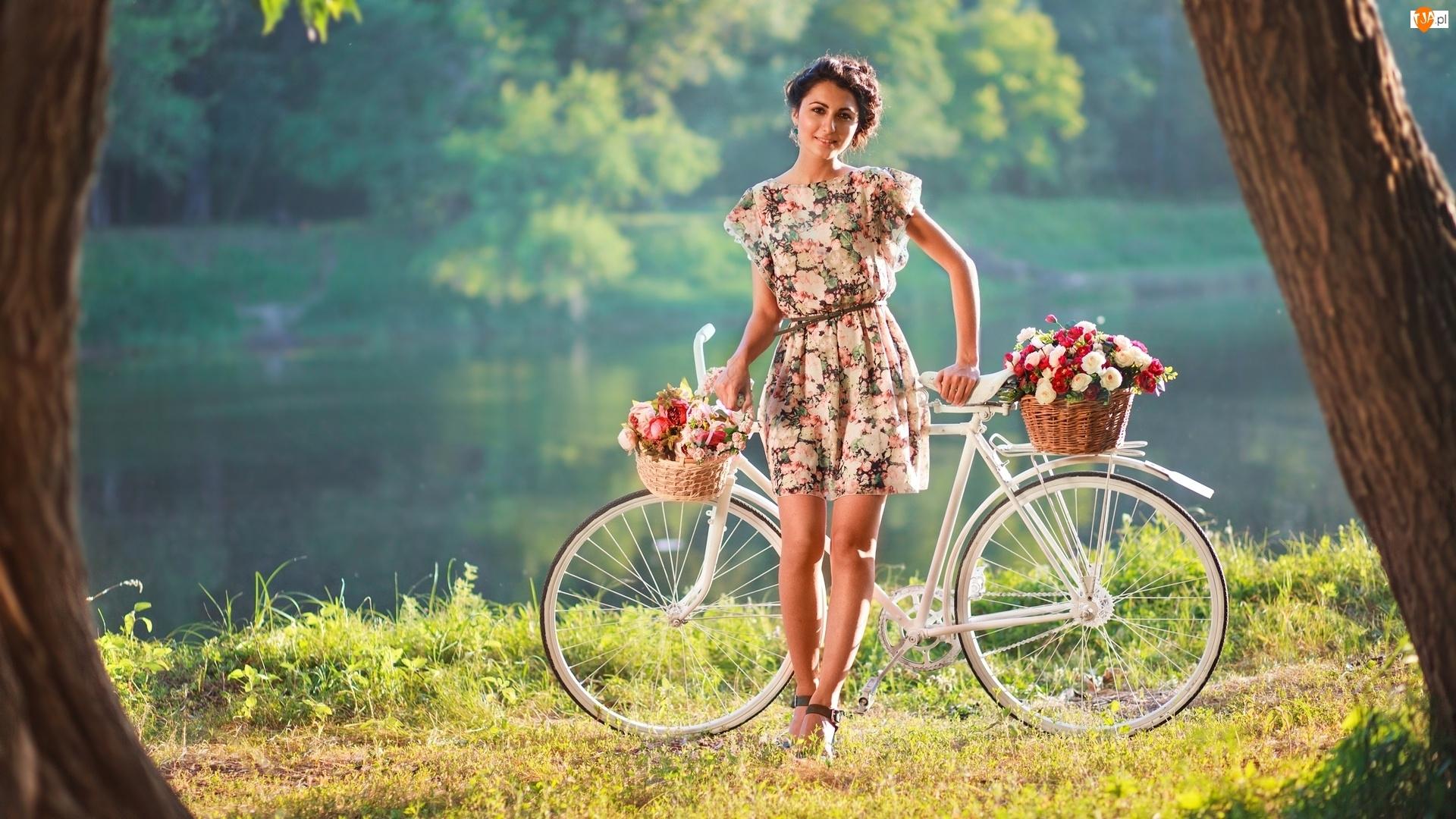 Rzeka, Brunetka, Koszyki, Rower, Kwiaty