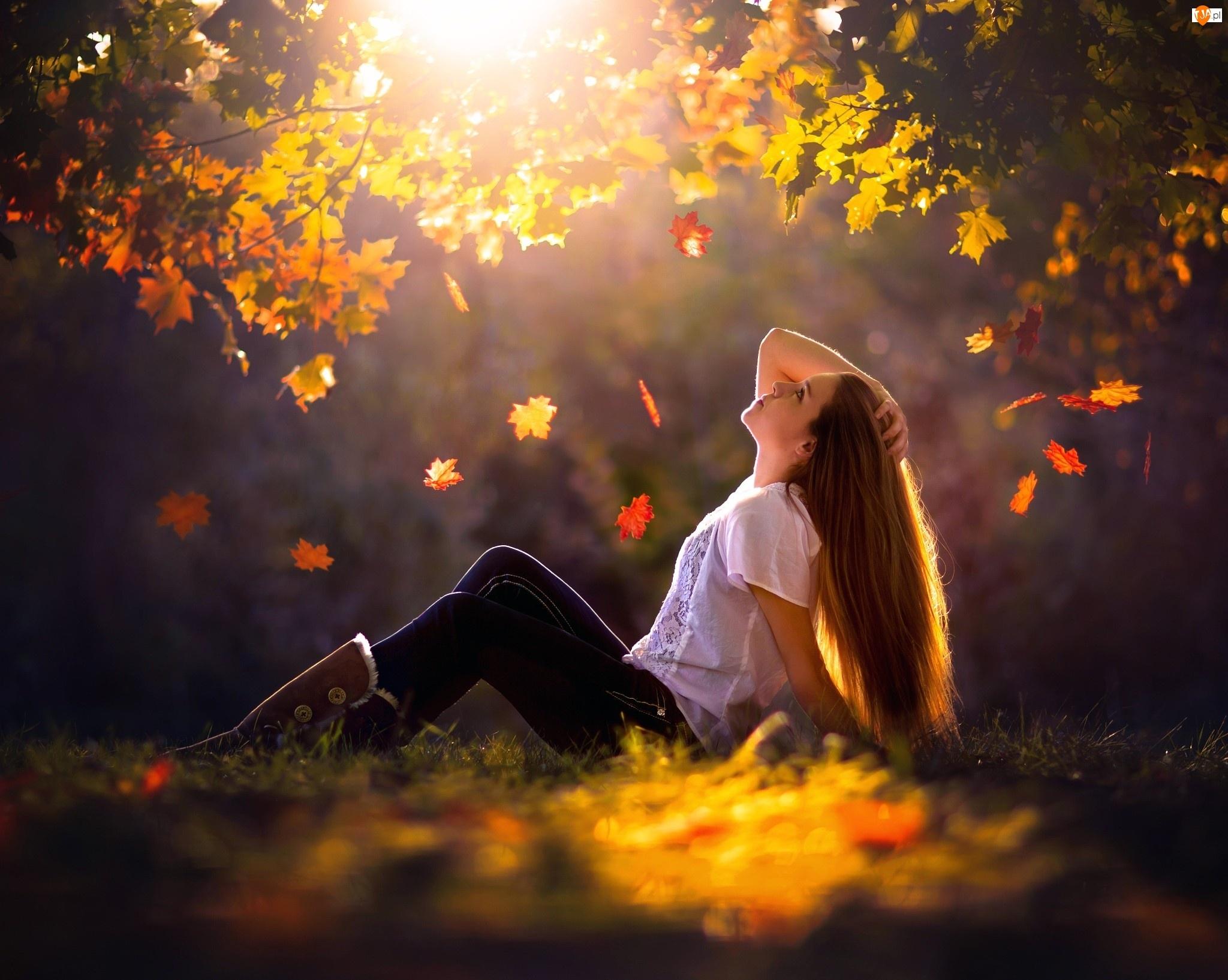 Liście, Kobieta, Promienie, Jesień, Słońca