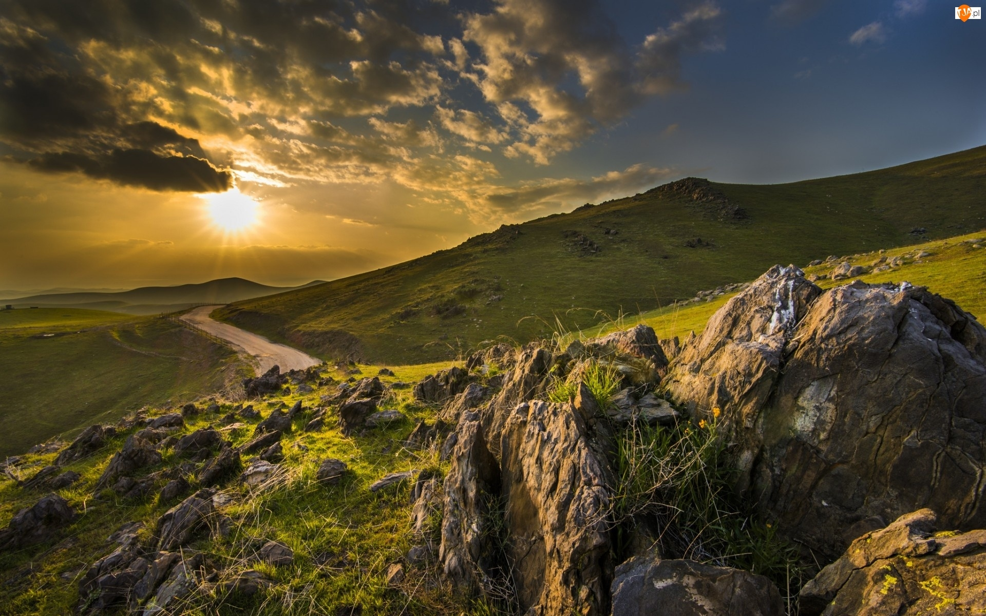 Słońca, Chmury, Skały, Góry, Jesień, Droga, Promienie