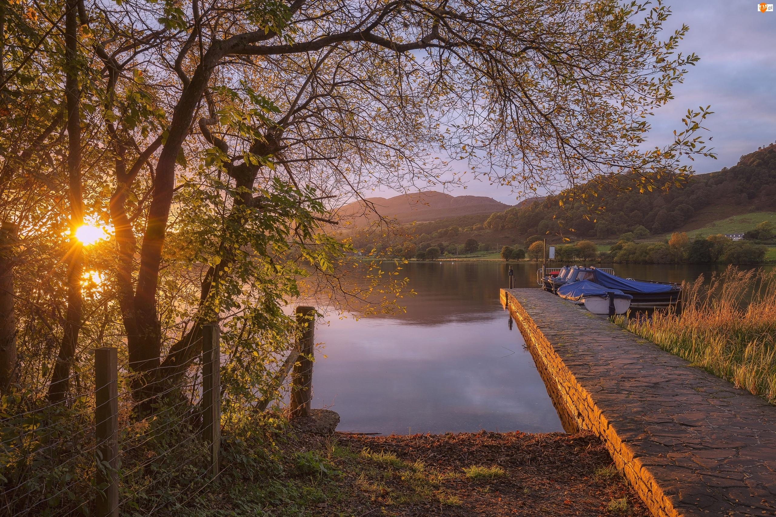 Pomost, Wzgórza, Jezioro, Łódki, Promienie słońca, Drzewa