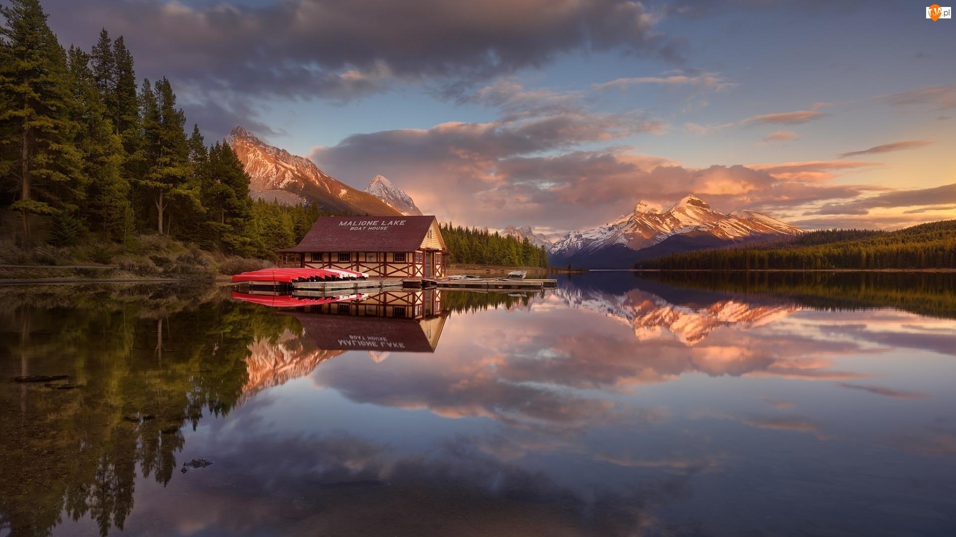 Łódki, Góry, Odbicie, Park Narodowy Jasper, Przystań, Kanada, Drzewa, Jezioro Maligne, Las
