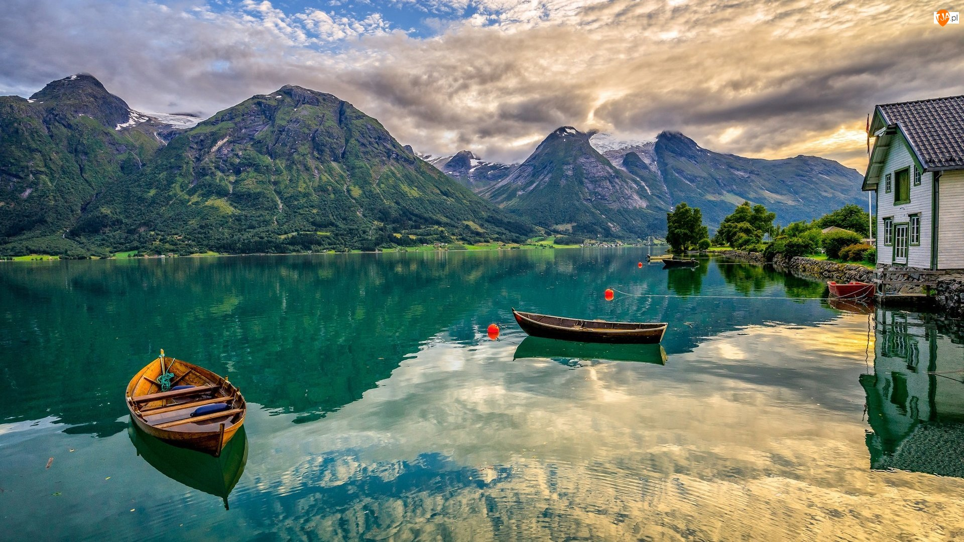 Dom, Łódki, Góry, Norwegia, Drzewa, Jezioro Oppstrynsvatn, Chmury