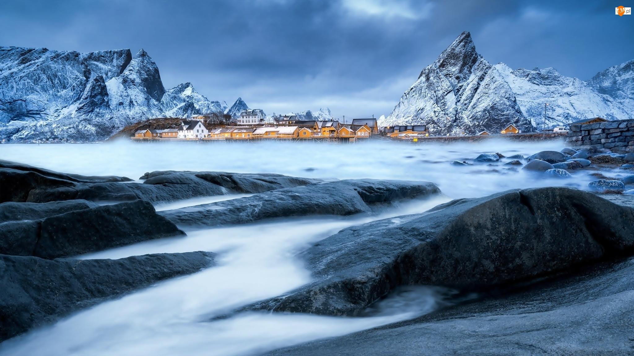 Zima, Wioska Sakrisøy, Lofoty, Norwegia, Morze, Góry, Kamienie
