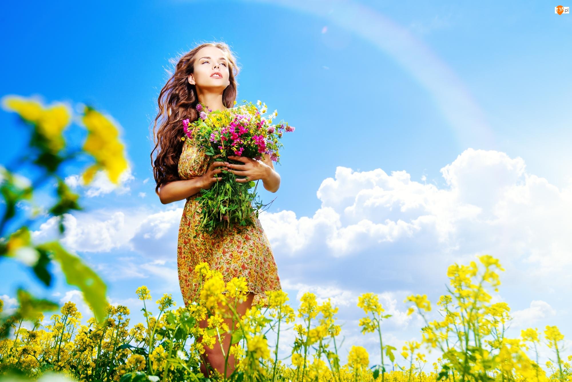 Kobieta z bukietem polnych kwiatów - Tapeta na telefon