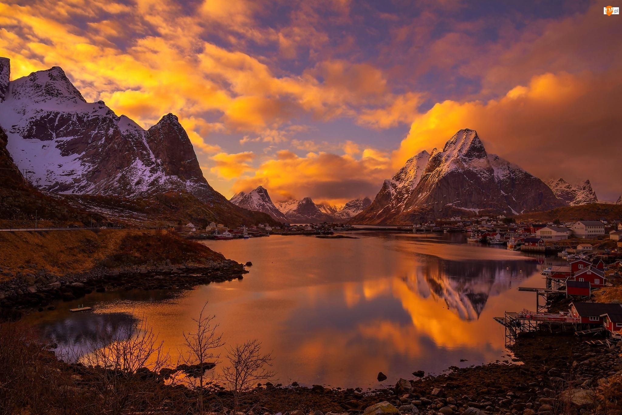 Świt, Wioska Reine, Norwegia, Lofoty, Chmury, Góry