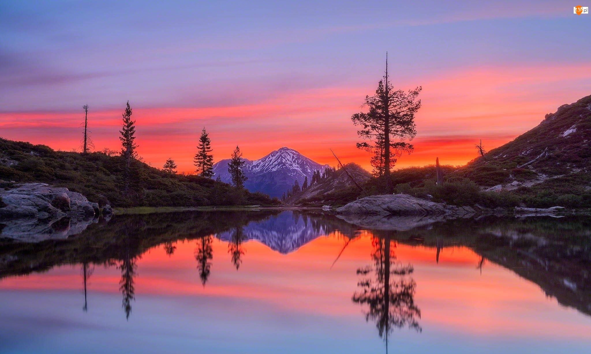 Stratowulkan Mount Shasta, Jezioro Castle Lake, Stan Kalifornia, Drzewa, Stany Zjednoczone, Odbicie, Góry, Zachód słońca