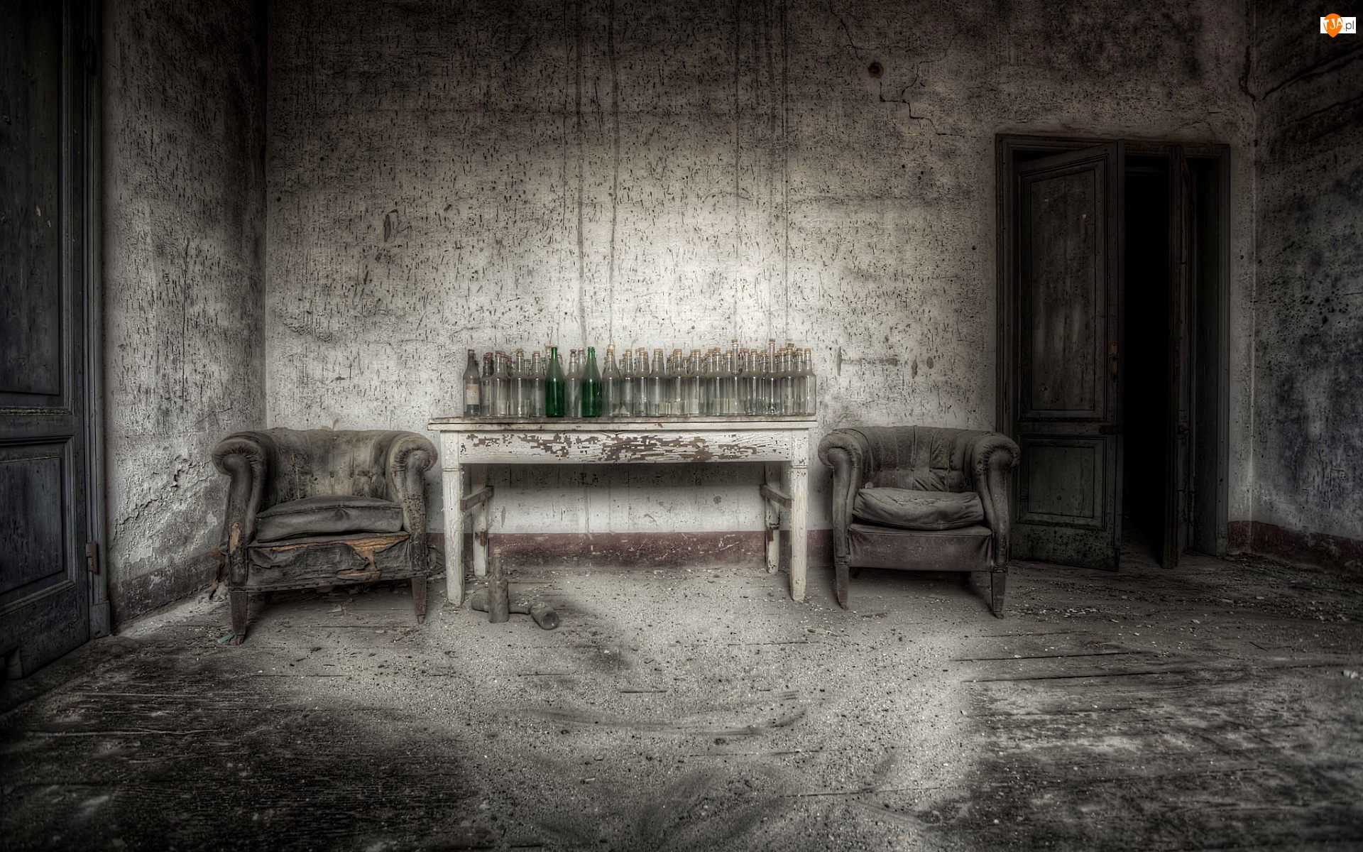 Stare, Butelki, Fotele, Stół
