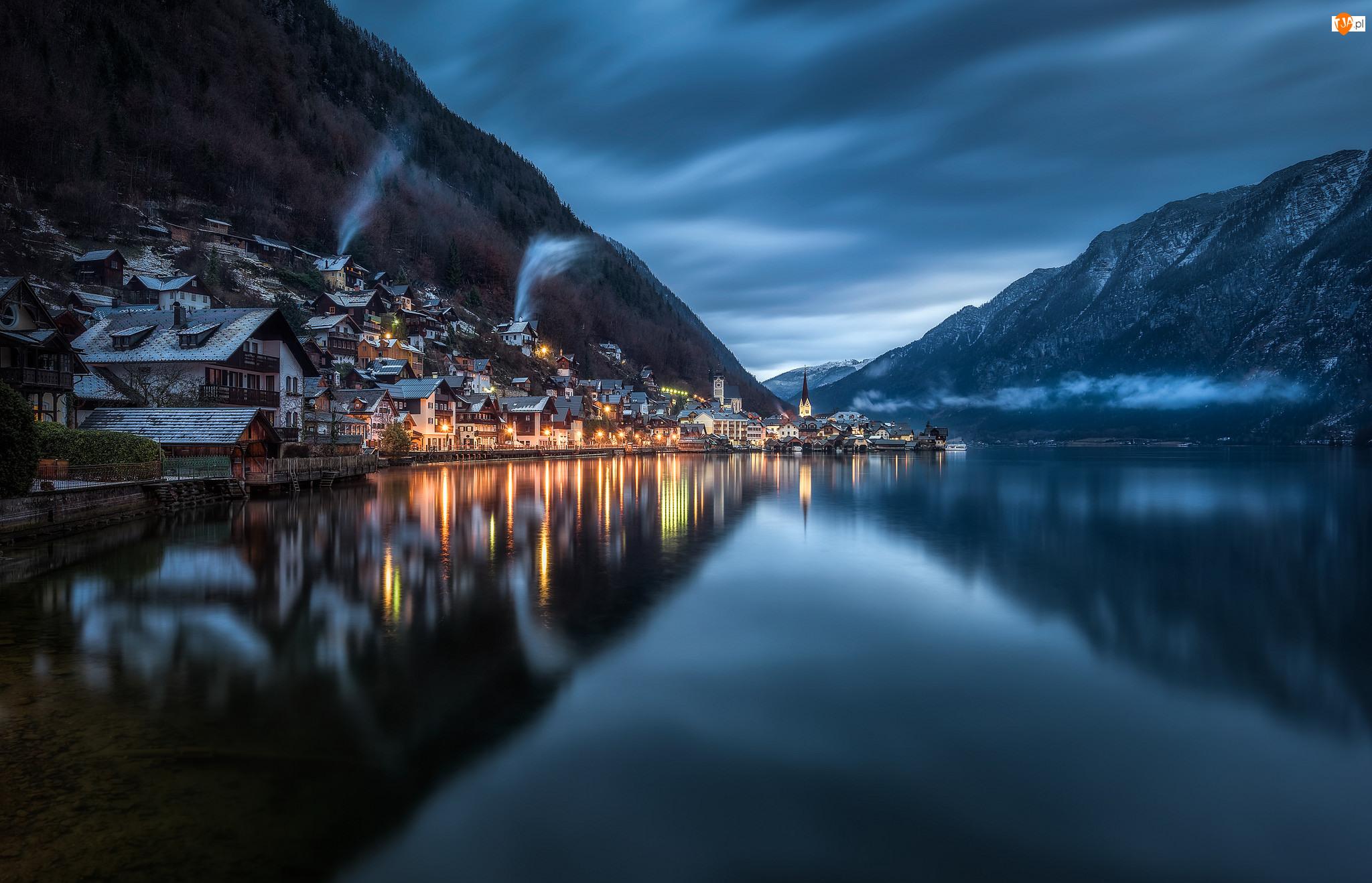 Domy, Austria, Góry Alpy Salzburskie, Miasteczko Hallstatt, Jezioro Hallstättersee
