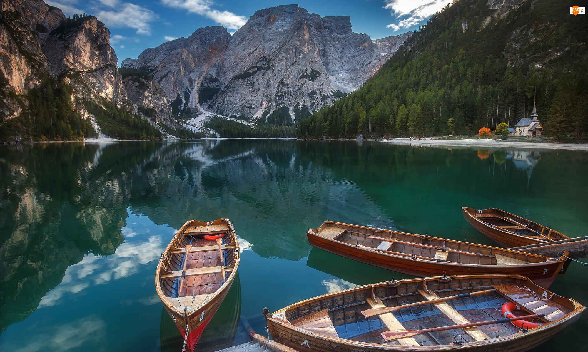 Drzewa, Jezioro Pragser Wildsee, Dolomity, Włochy, Łódki, Tyrol Południowy, Góra Seekofel