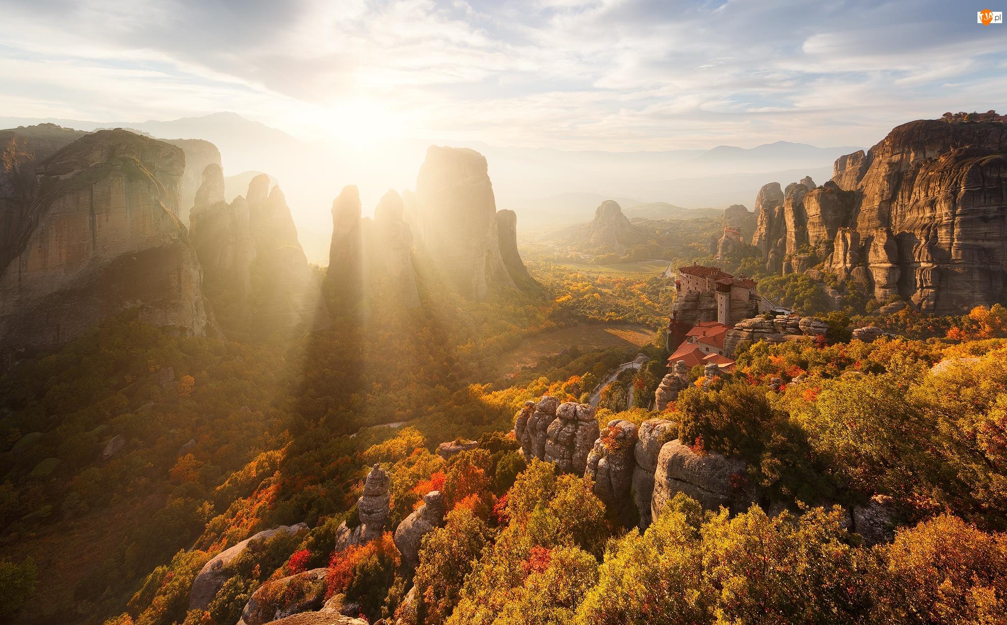 Drzewa, Jesień, Masyw skalny Meteory, Grecja, Przebijające Światło, Monastyr Varlaam - Klasztor Warłama, Skały