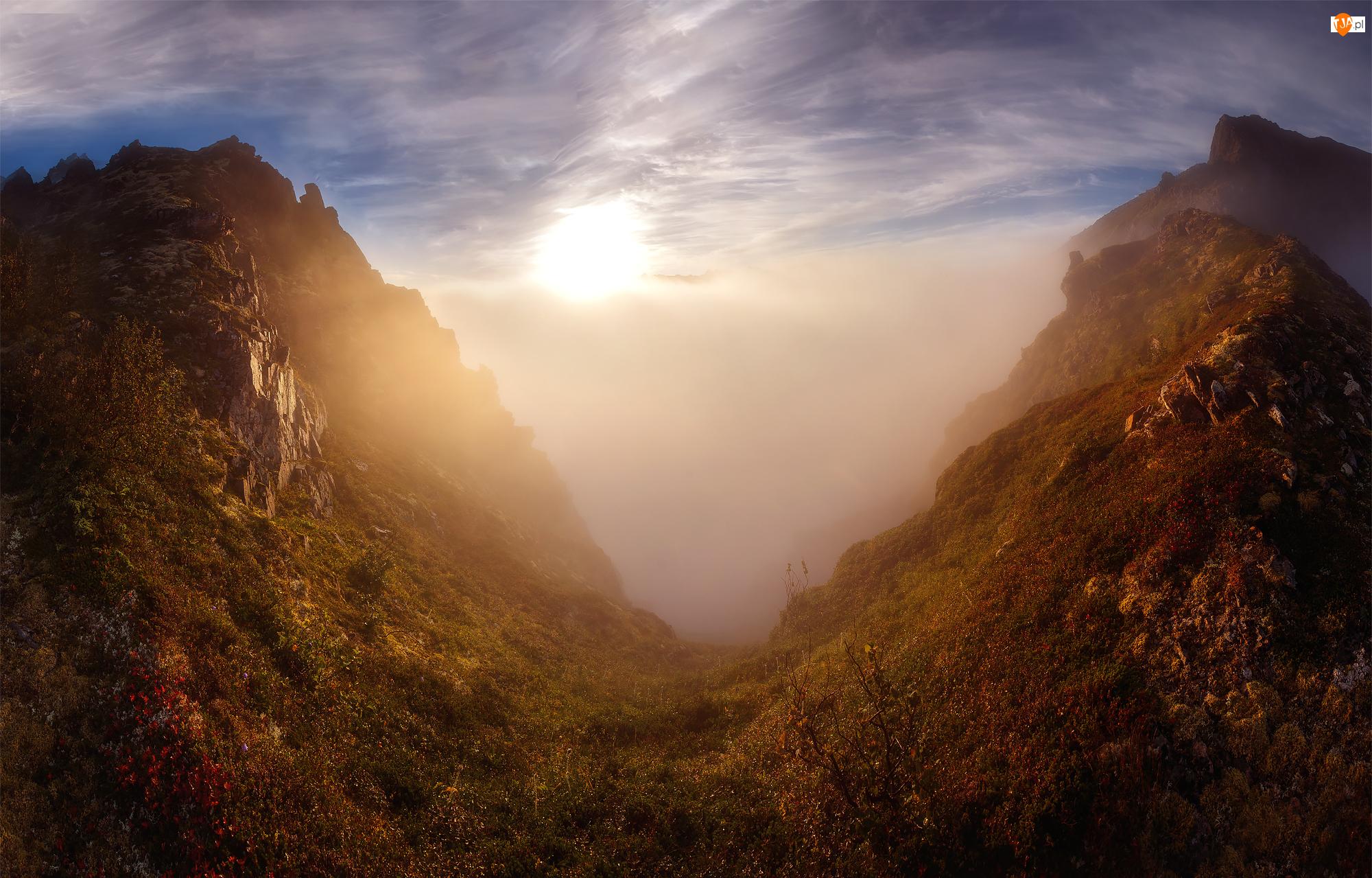 Góry, Mgła, Norwegia, Przebijające słońce, Wyspa Senja, Dolina