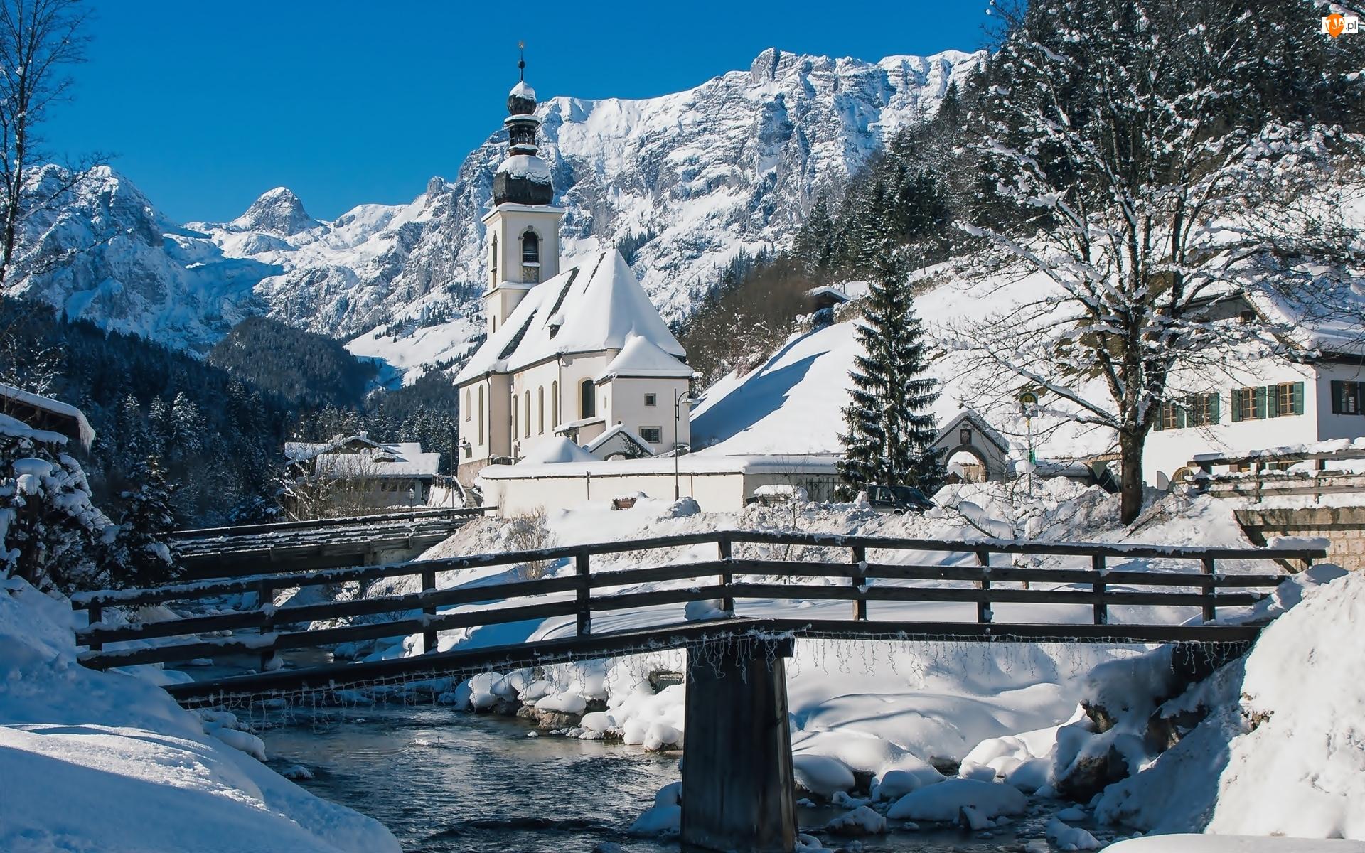 Most, Góry Alpy, Zima, Bawaria, Ramsau bei Berchtesgaden, Niemcy, Rzeka Ramsauer Ache, Park Narodowy Berchtesgaden, Kościół św. Sebastiana