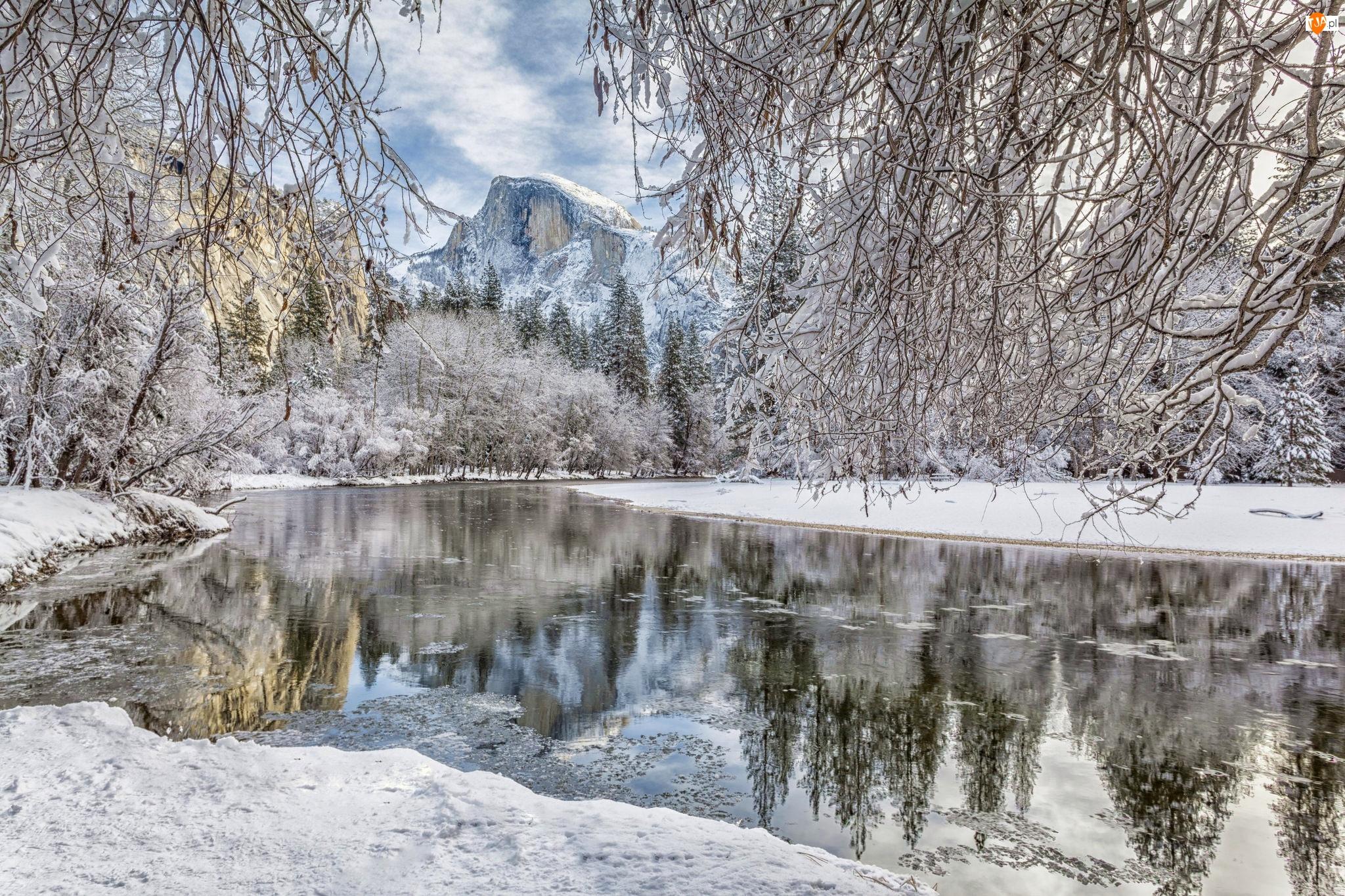 Zima, Rzeka Merced River, Stan Kalifornia, Las, Stany Zjednoczone, Drzewa, Park Narodowy Yosemite, Góry