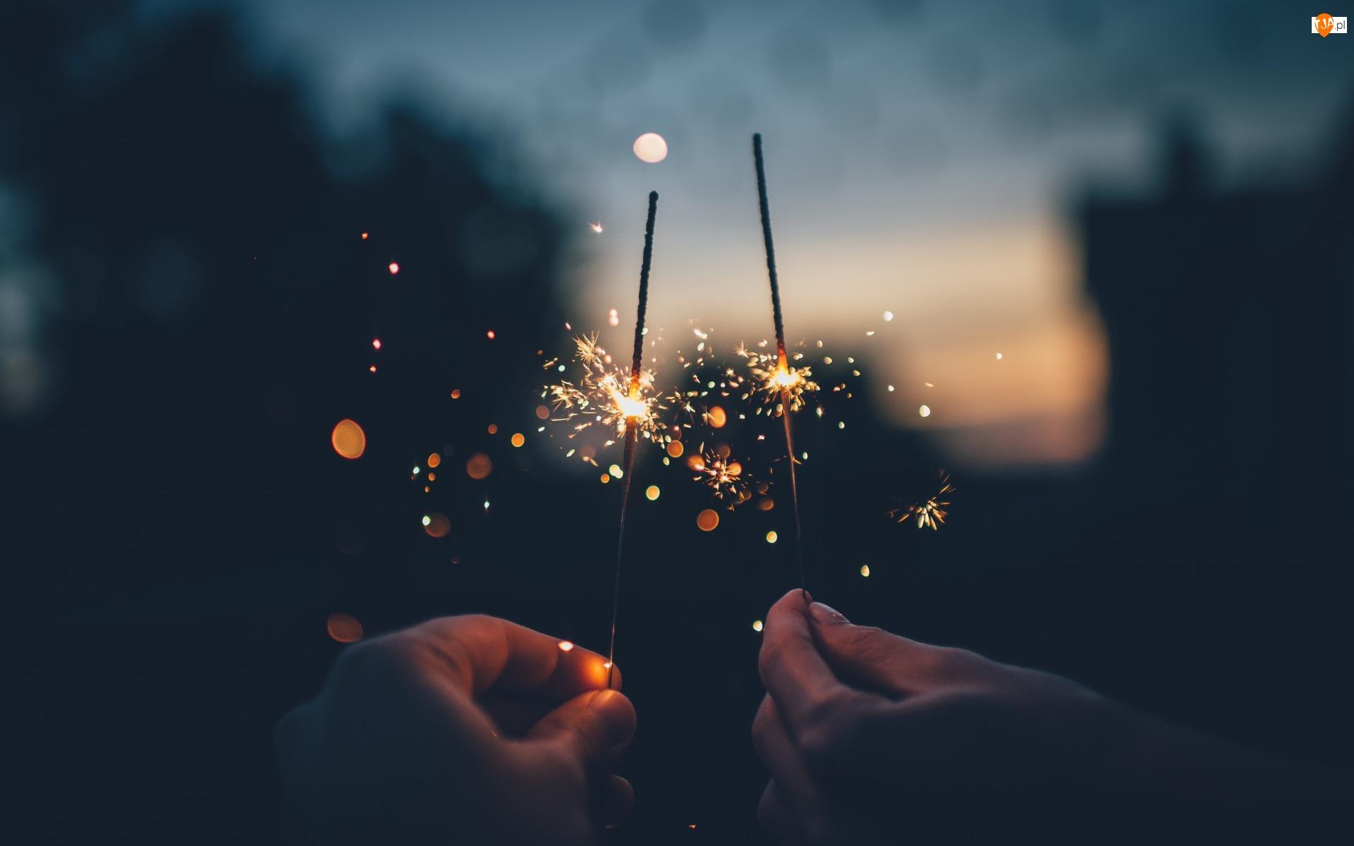 Odbicie, Noc, Zimne ognie, Sylwester, Światełka, Dłonie, Iskry