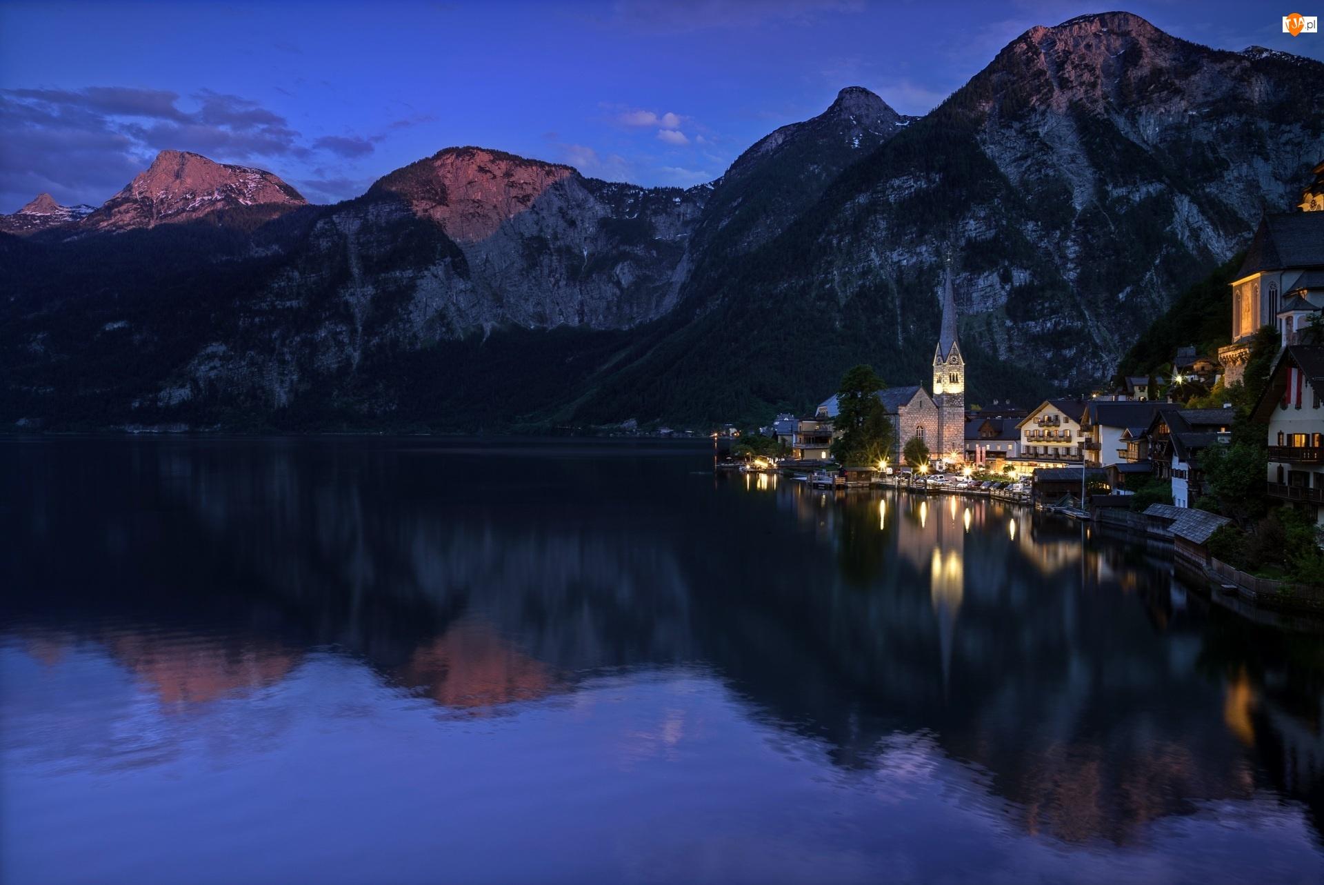 Hallstatt, Domy, Noc, Austria, Góry Alpy Salzburskie, Jezioro Hallstattersee, Kościół