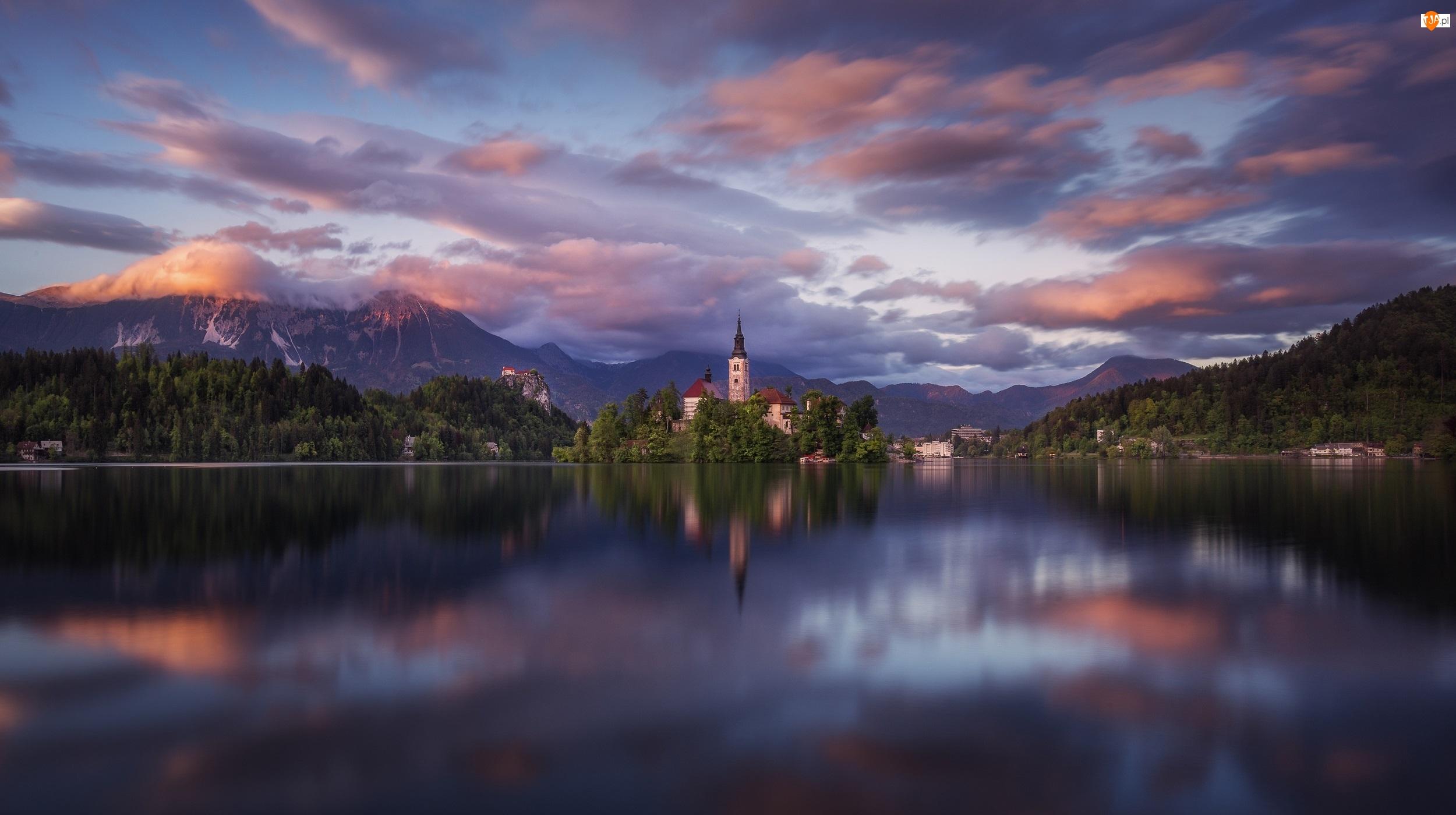 Jezioro Bled, Wyspa Blejski Otok, Odbicie, Słowenia, Chmury, Góry, Kościół Zwiastowania Marii Panny