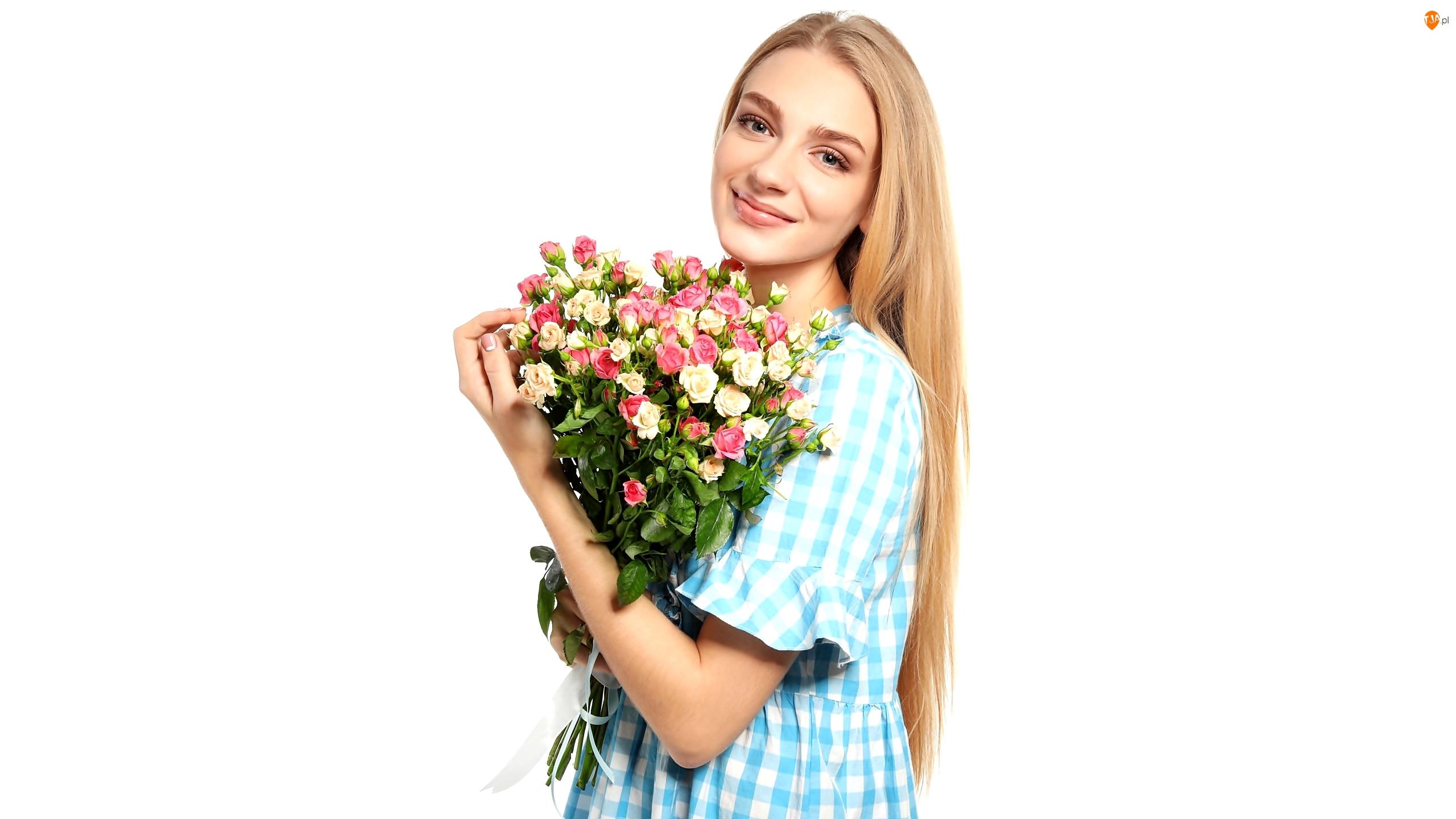 Blondynka, Długowłosa, Białe tło, Kobieta, Róże, Bukiet, Uśmiech