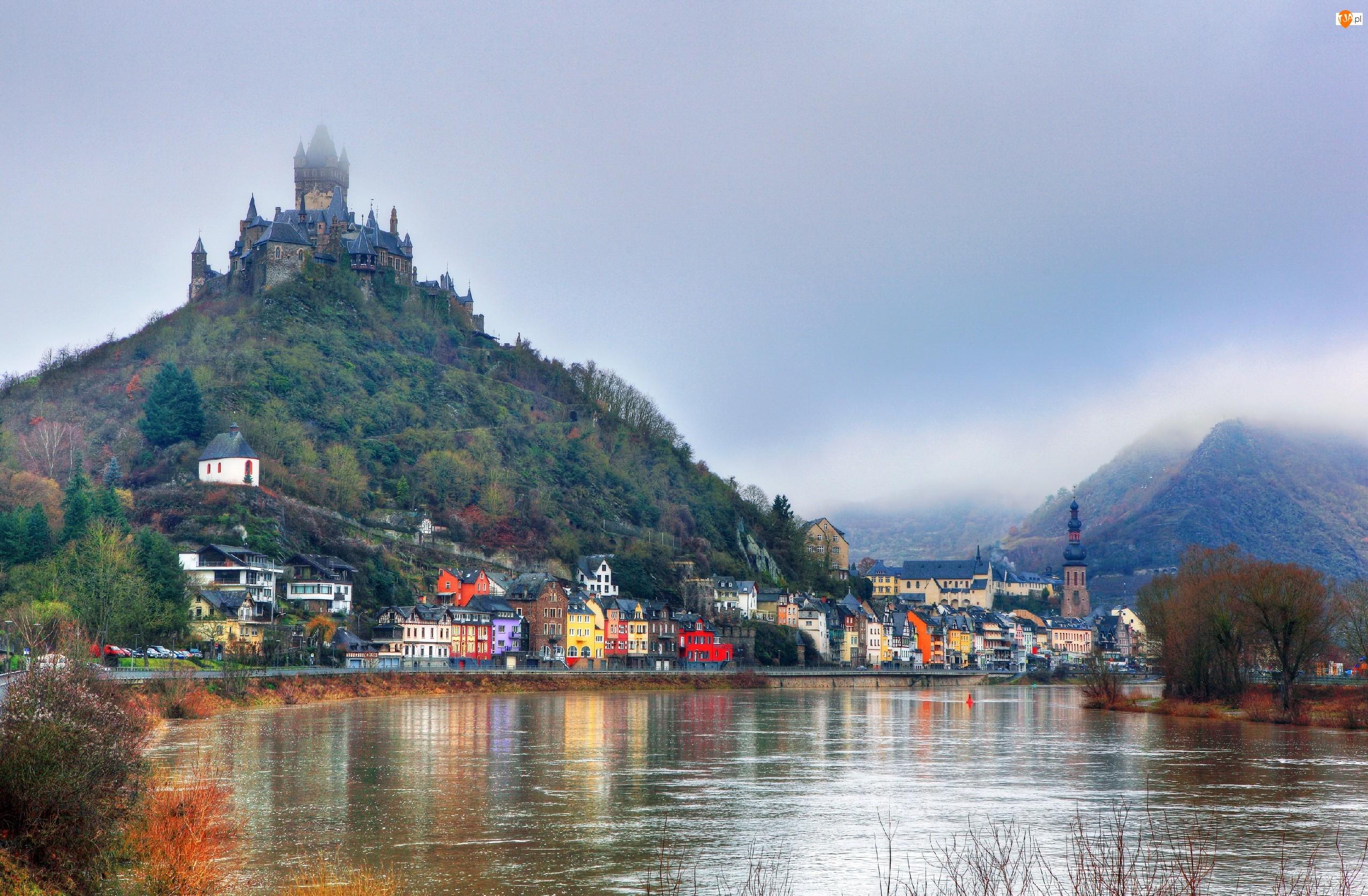 Domy, Miasto Cochem, Kolorowe, Rzeka Mozela, Mgła, Nadrenia-Palatynat, Niemcy, Zamek Cesarski Reichsburg, Góry