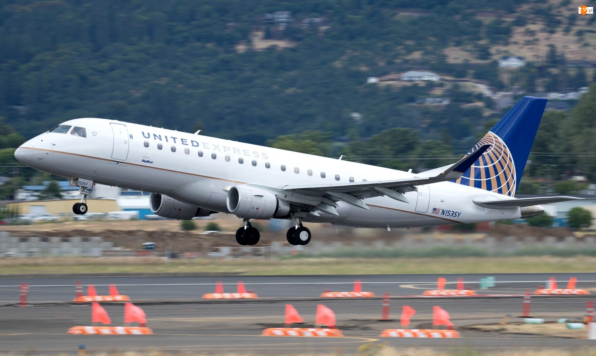 Pas, Samolot pasażerski, Embraer 175, Lotnisko