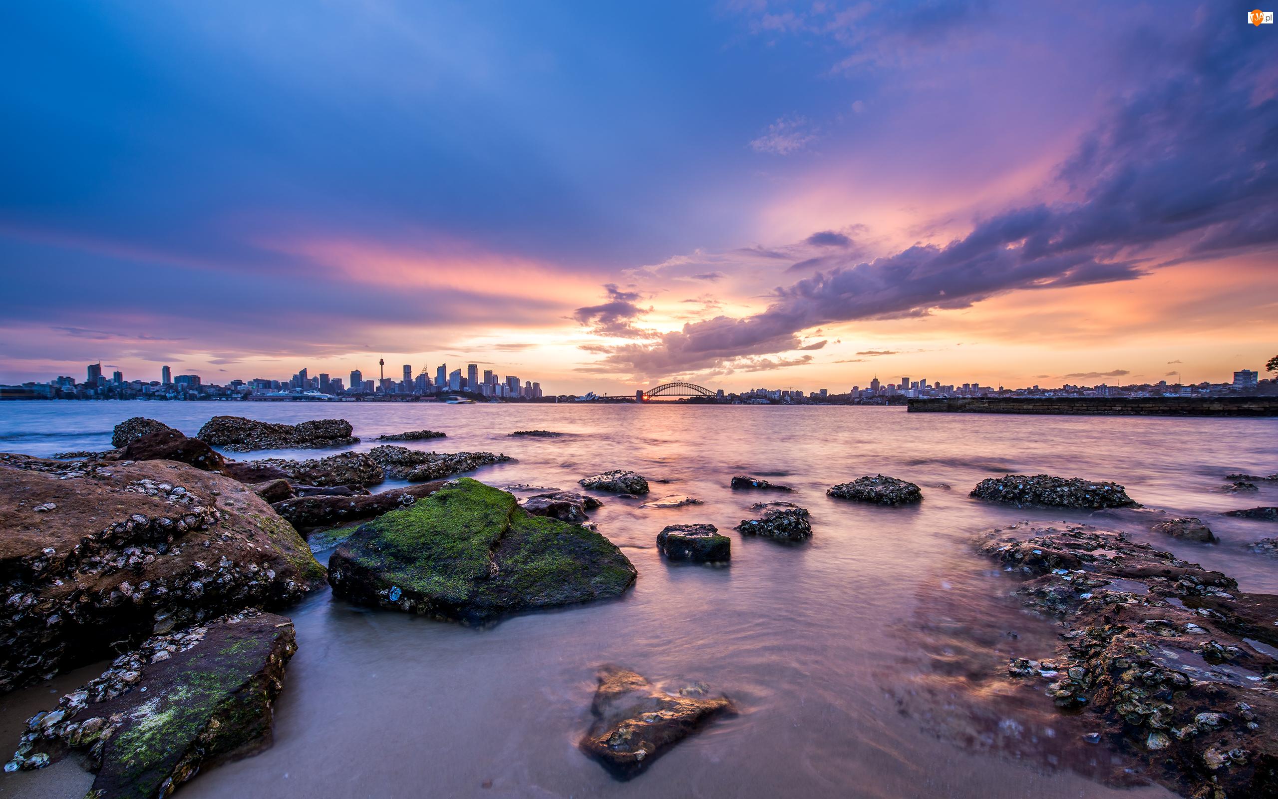 Chmury, Wieżowce, Most, Kamienie, Sydney, Australia, Zatoka Port Jackson, Zatoka Sydney Harbour, Morze, Wschód słońca