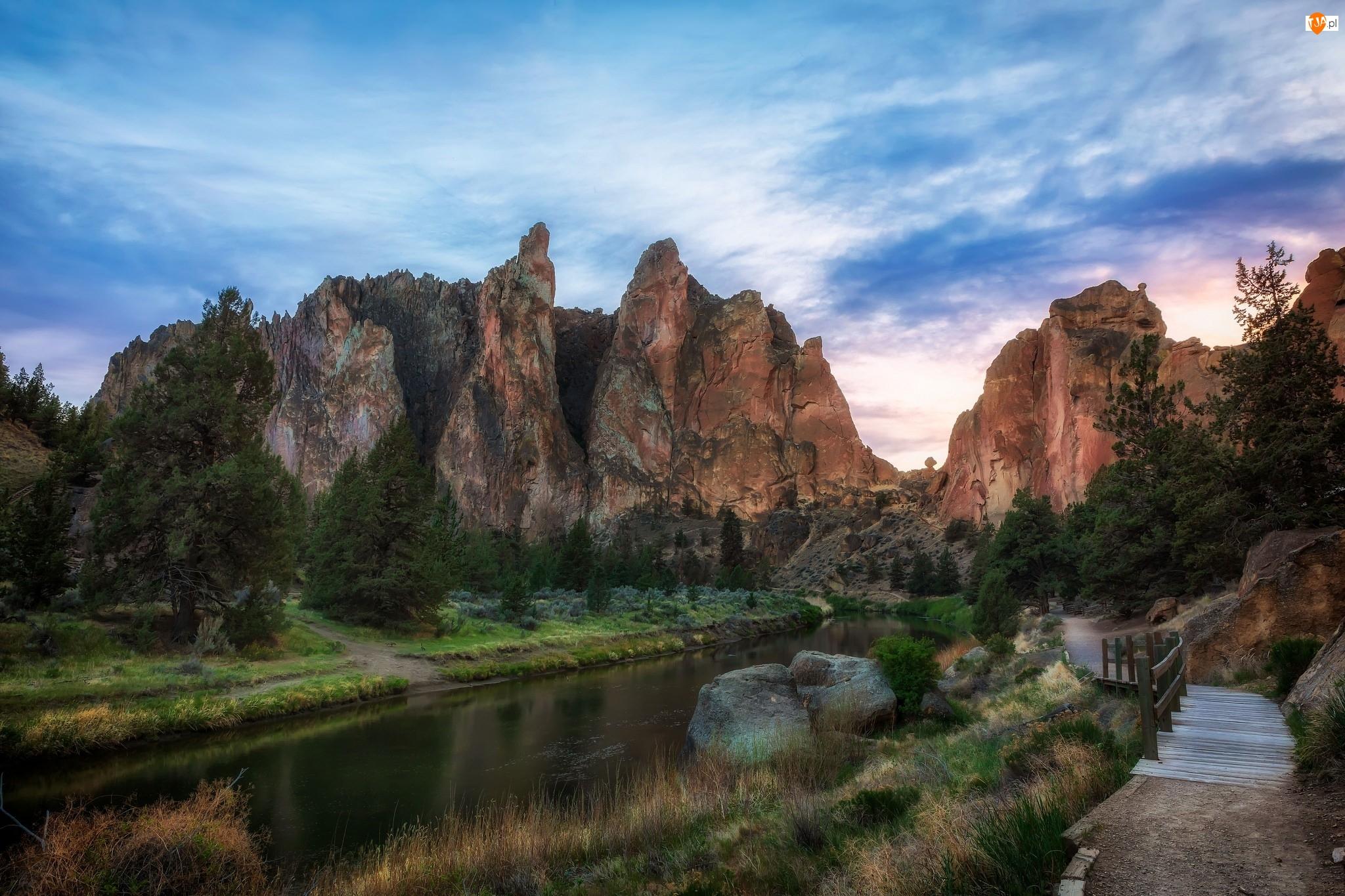 Rzeka Crooked River, Stan Oregon, Mostek, Park stanowy Smith Rock State Park, Skały, Ścieżka, Stany Zjednoczone