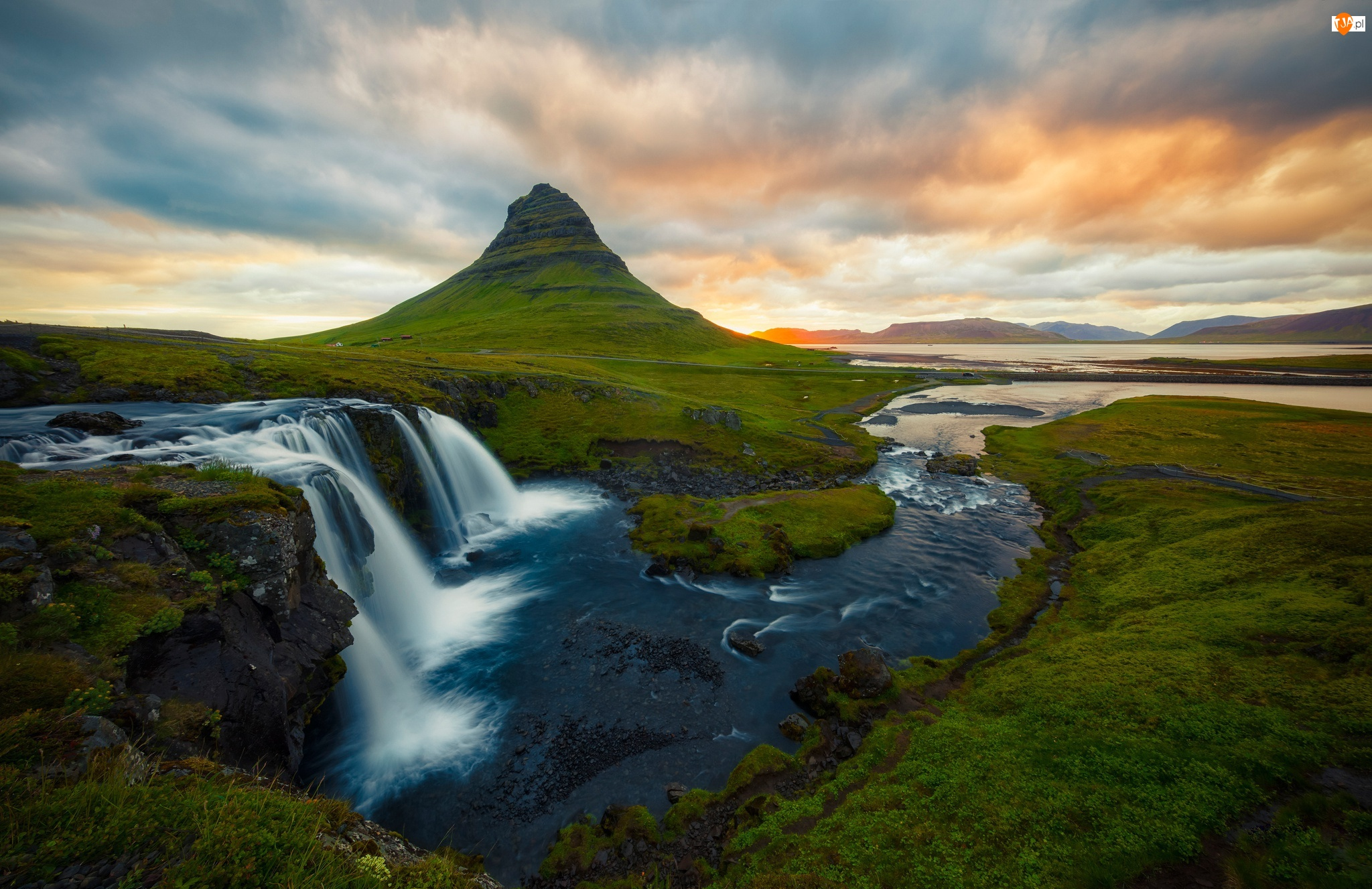 Wodospad Kirkjufellsfoss, Chmury, Półwysep Snaefellsnes, Islandia, Góra Kirkjufell